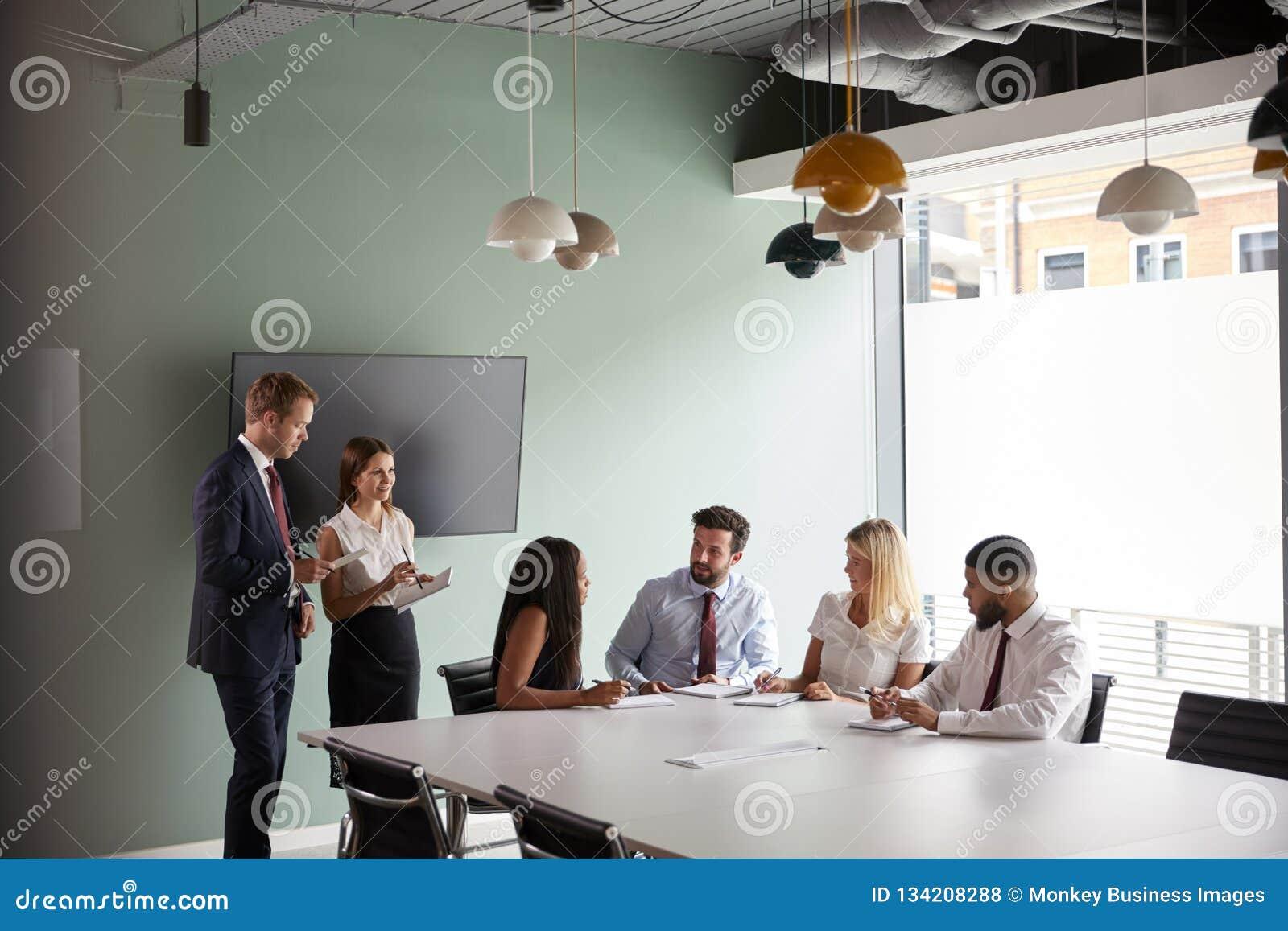 Gruppe, die auf Aufgabe am graduierten Einstellungs-Einschätzungs-Tag zusammenarbeitet, während, beobachtend vom Einstellungs-Tea