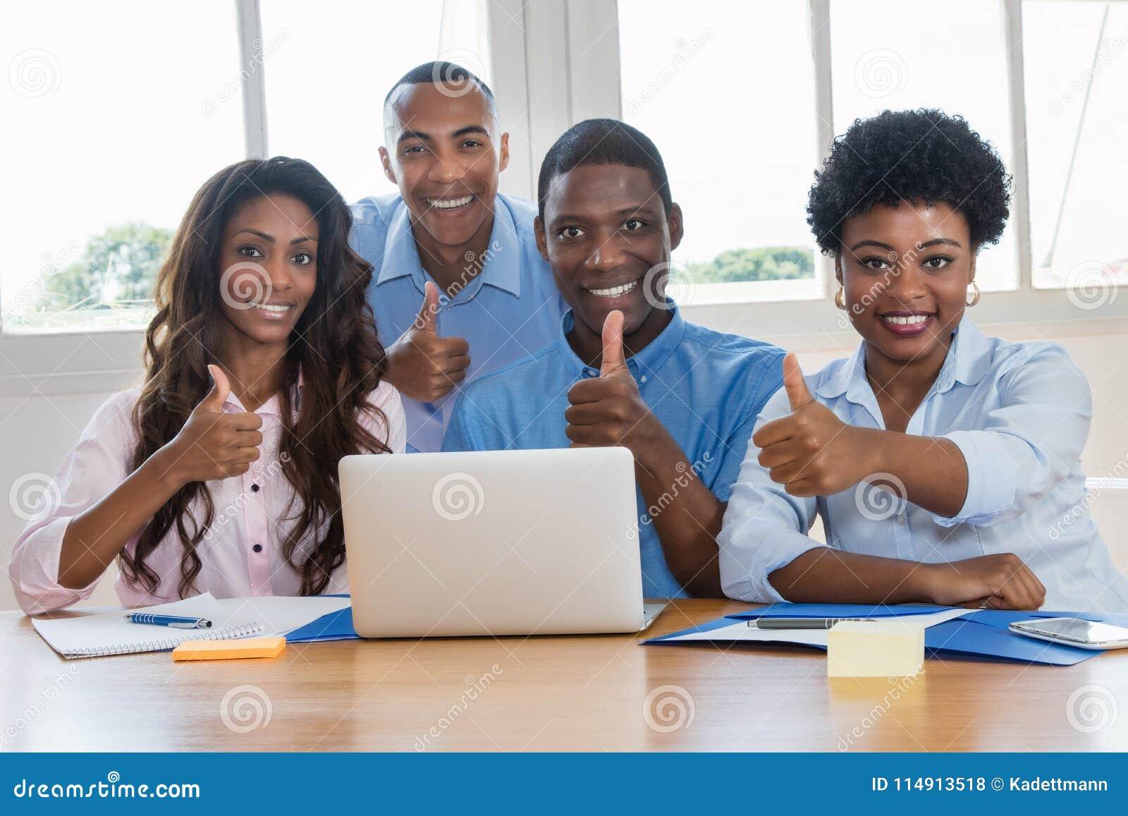 Gruppe erfolgreiche Afroamerikanerwirtschaftler