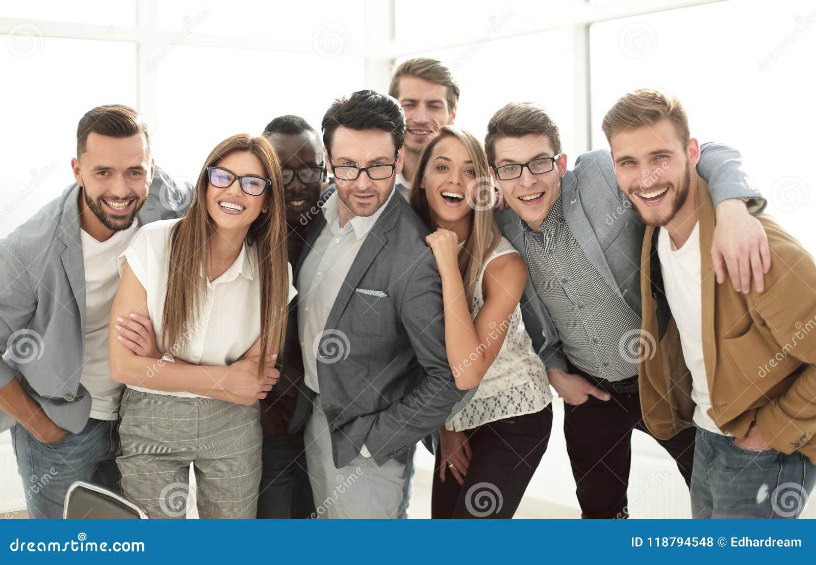 Gruppe erfolgreiche Geschäftsleute, die im Büro stehen