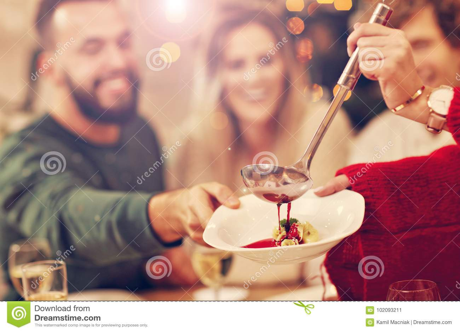 Gruppe Familie und Freunde, die Weihnachtsessen feiern