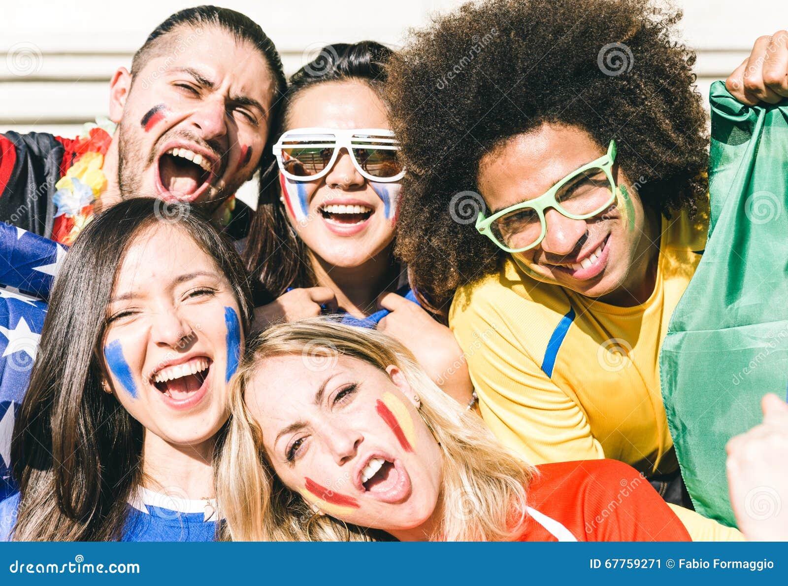 Gruppe Fans, die ihre Teams an der Arena stützen
