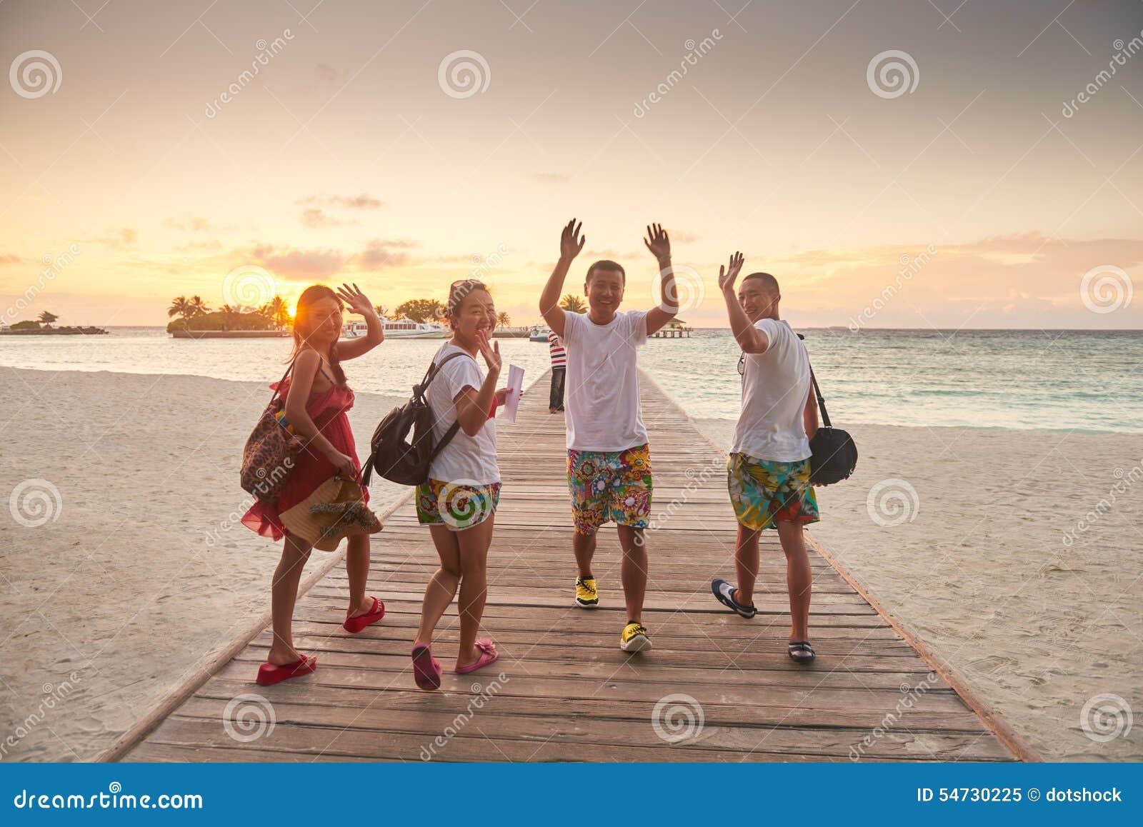 Gruppe Freunde auf schönem Strand