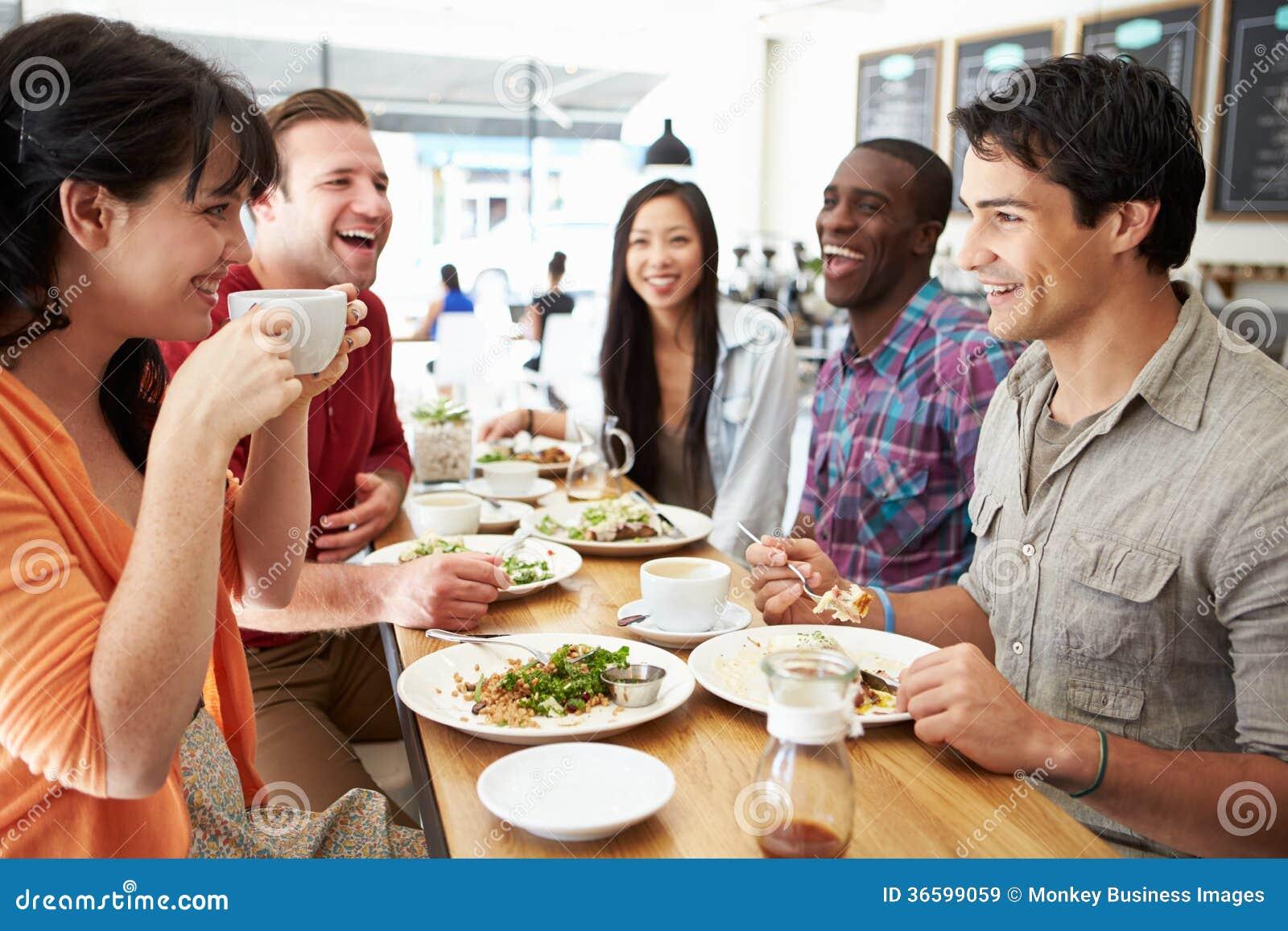 Gruppe Freunde, die für das Mittagessen in der Kaffeestube sich treffen