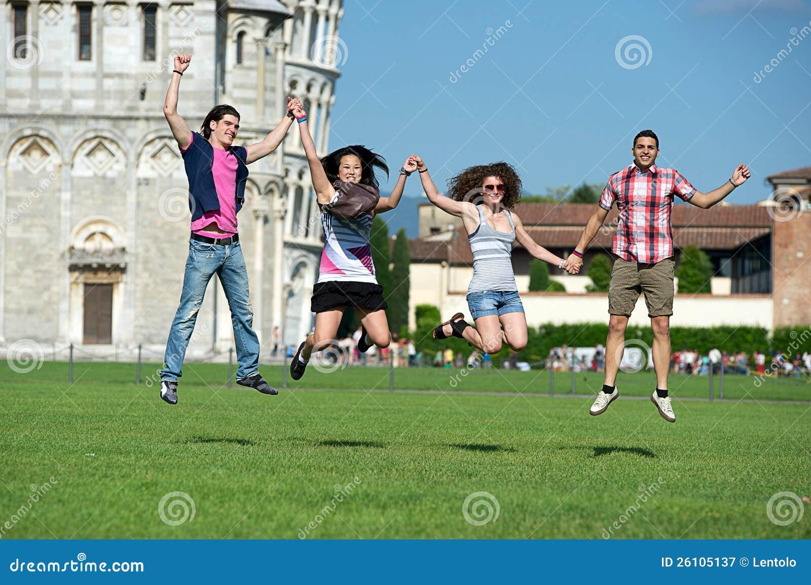 Gruppe Freunde, die mit Pisa-lehnendem Kontrollturm springen