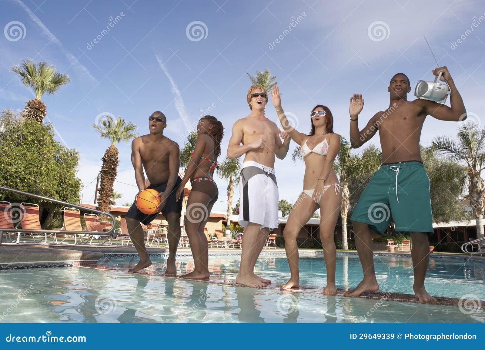 Gruppe Freunde, die am Poolside tanzen