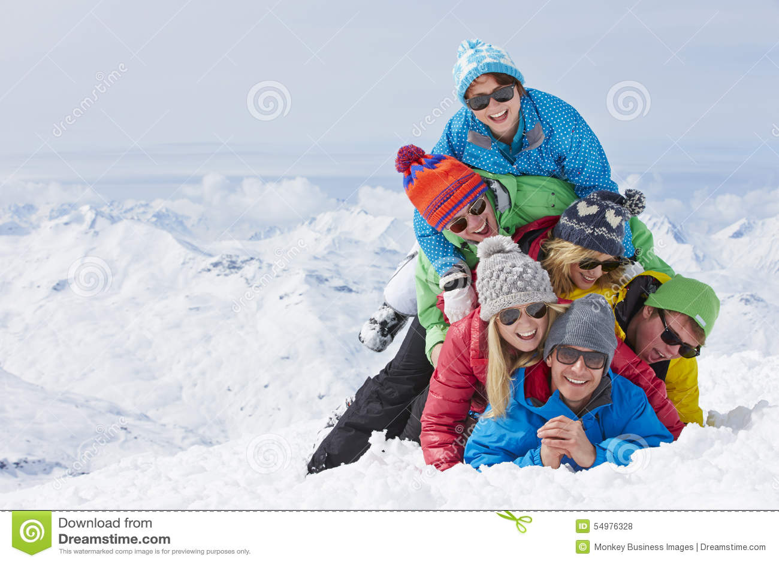 Gruppe Freunde, die Spaß auf Ski Holiday In Mountains haben