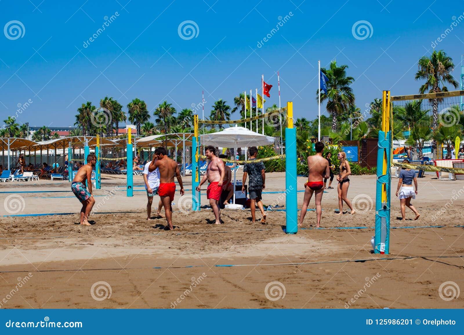 Gruppe Freunde, die Strandsalve spielen