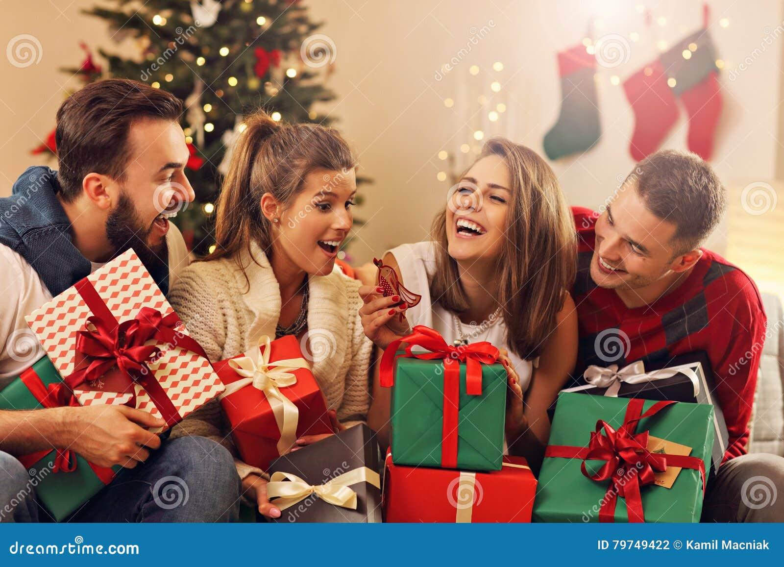 Weihnachten Feiern.Gruppe Freunde Die Weihnachten Feiern Stockfoto Bild Von Spaß