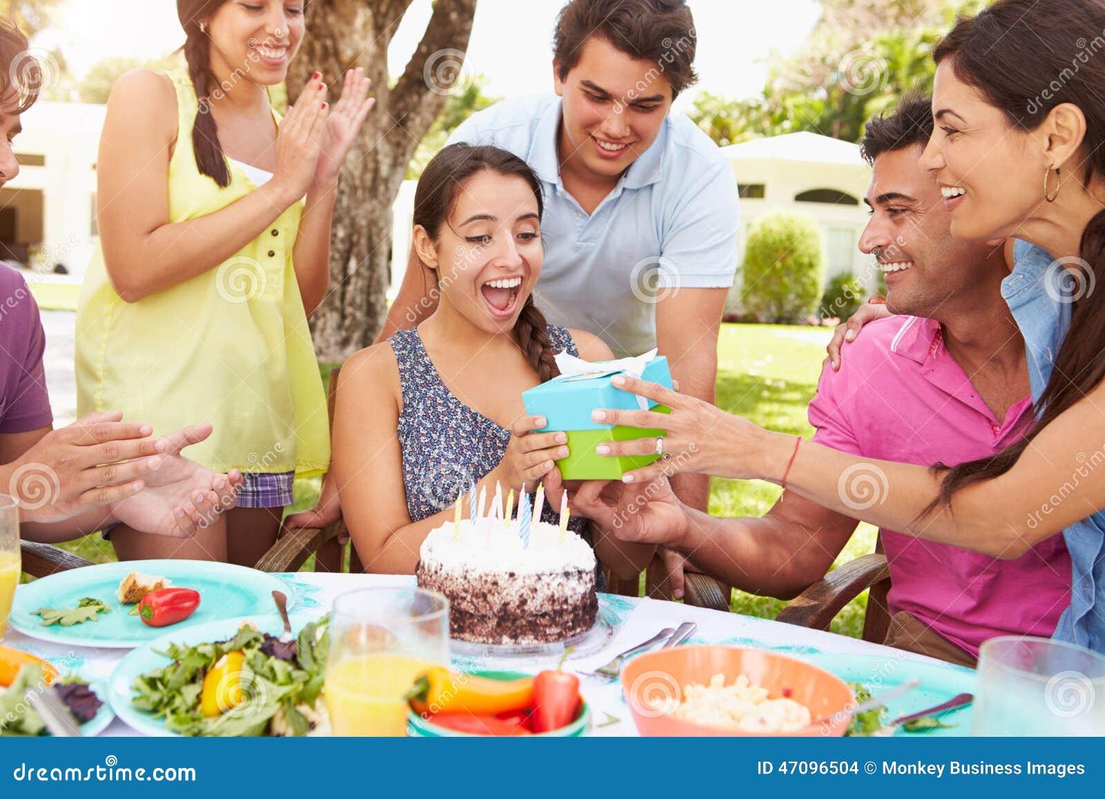 gruppe freunde die zu hause geburtstag feiern stockfoto bild 47096504. Black Bedroom Furniture Sets. Home Design Ideas