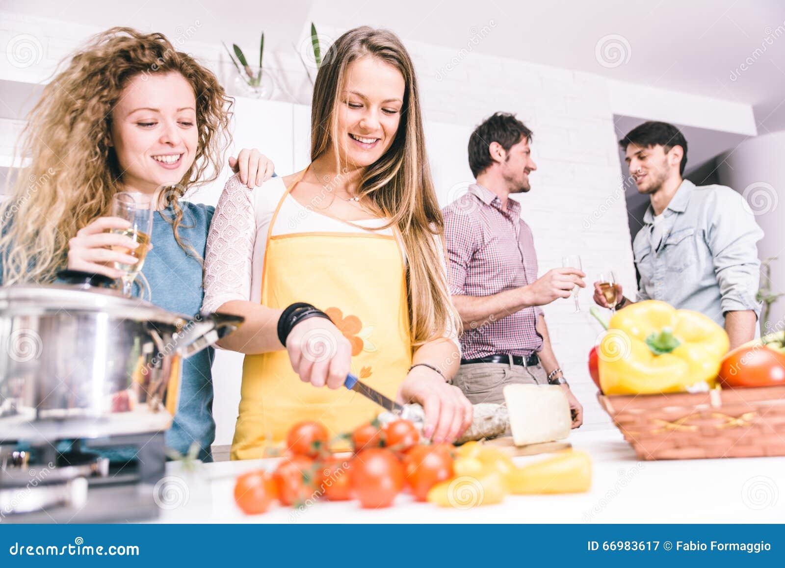 gruppe freunde die zu hause kochen um zu abend zu essen zusammen stockbild bild von freund. Black Bedroom Furniture Sets. Home Design Ideas