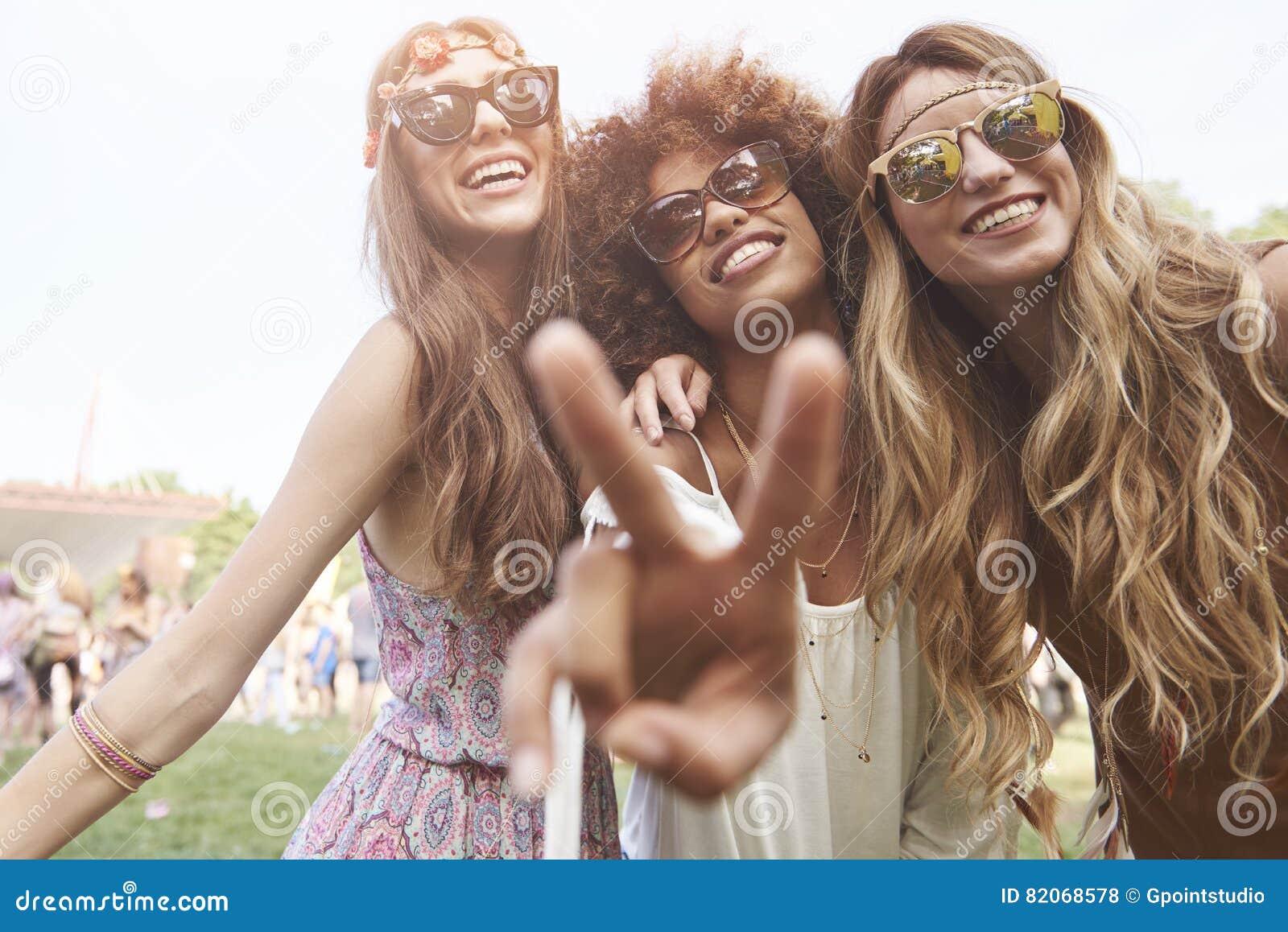 Gruppe Freunde am Festival