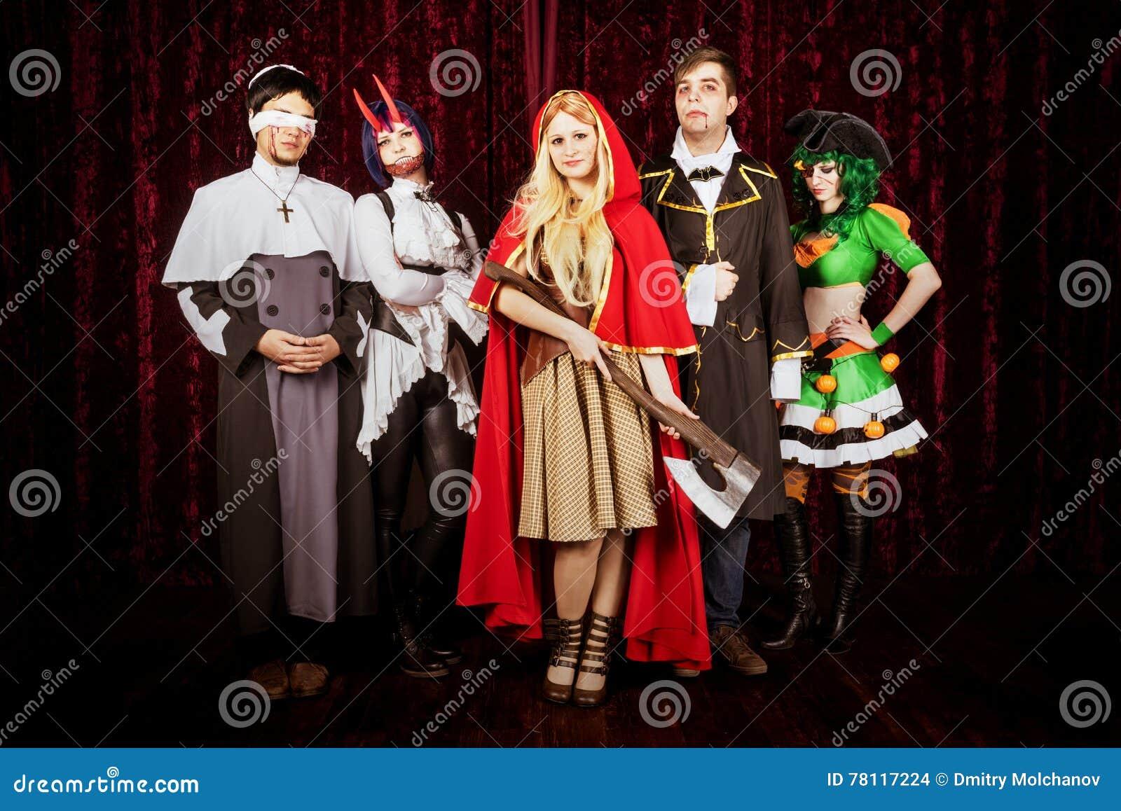 Gruppe Freunde In Halloween Kostumen Stockfoto Bild Von Fall