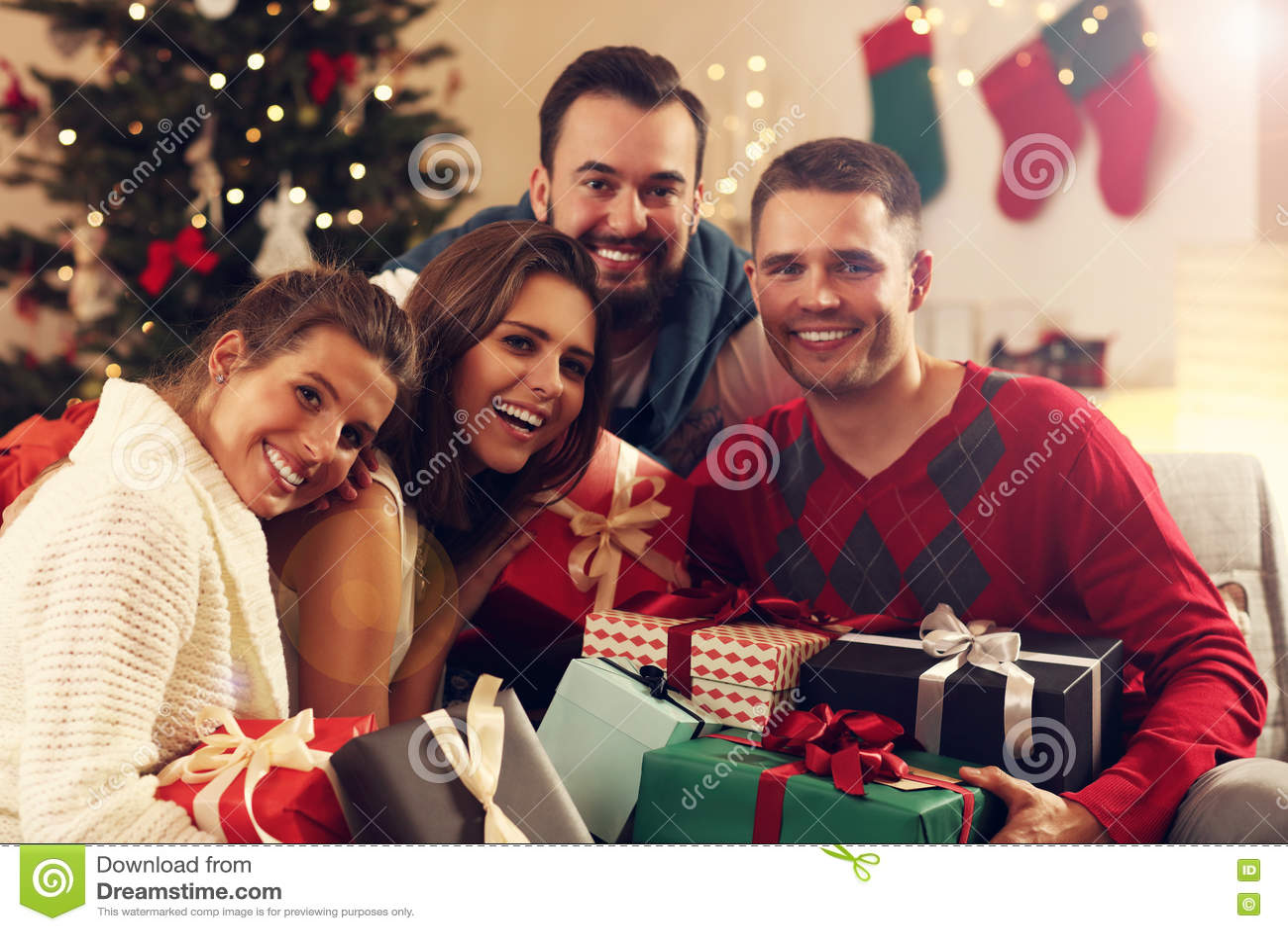 Gruppe Freunde Mit Weihnachtsgeschenken Stockbild - Bild von ...