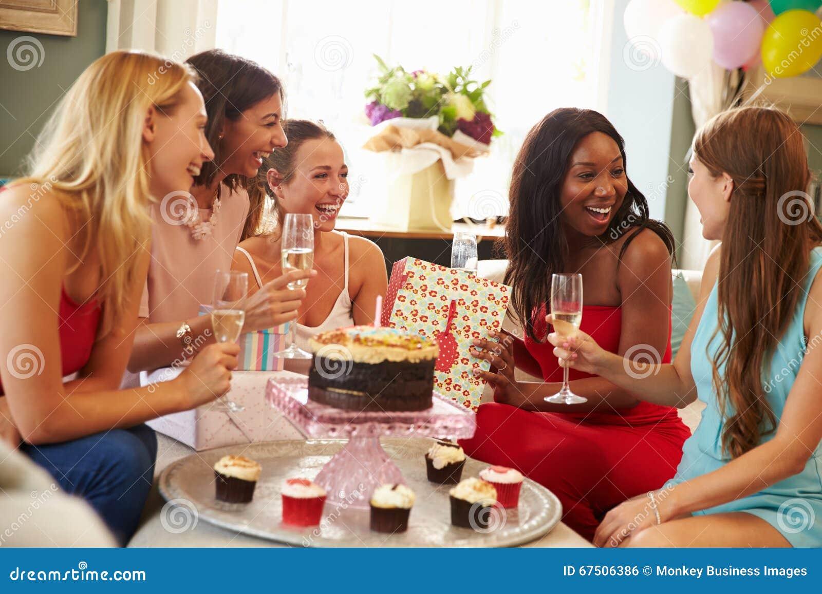 Gruppe Freundinnen Die Zu Hause Geburtstag Feiern Stockfoto Bild