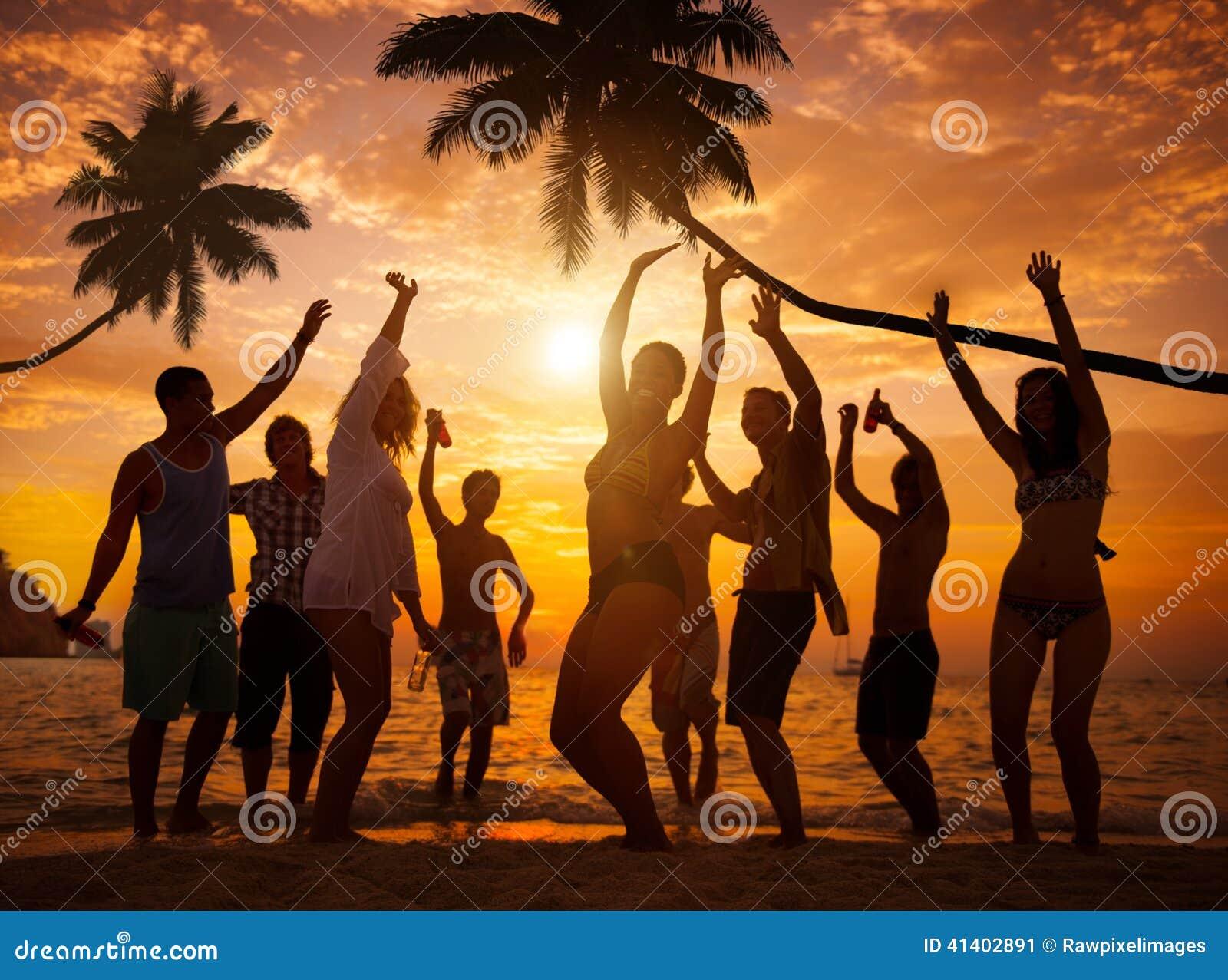 Gruppe frohen Naturen, die auf einem Strand Partying sind