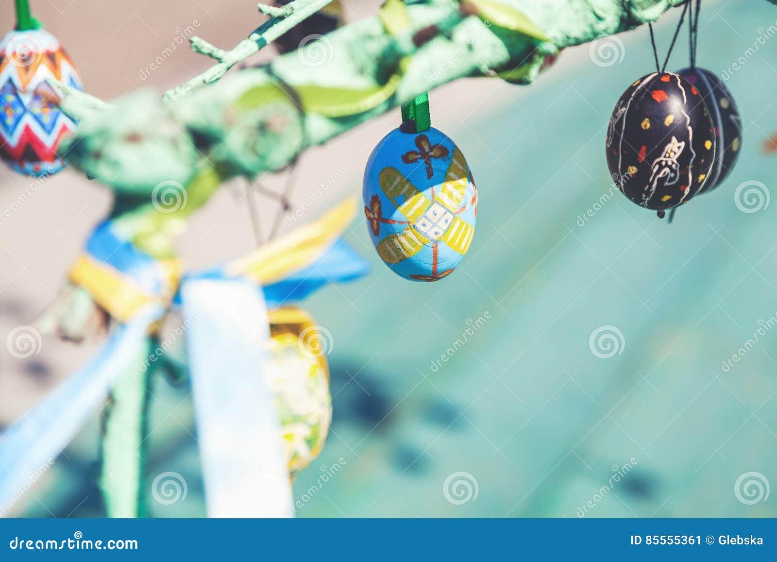 Gruppe gemalte Ostereier auf Baumast