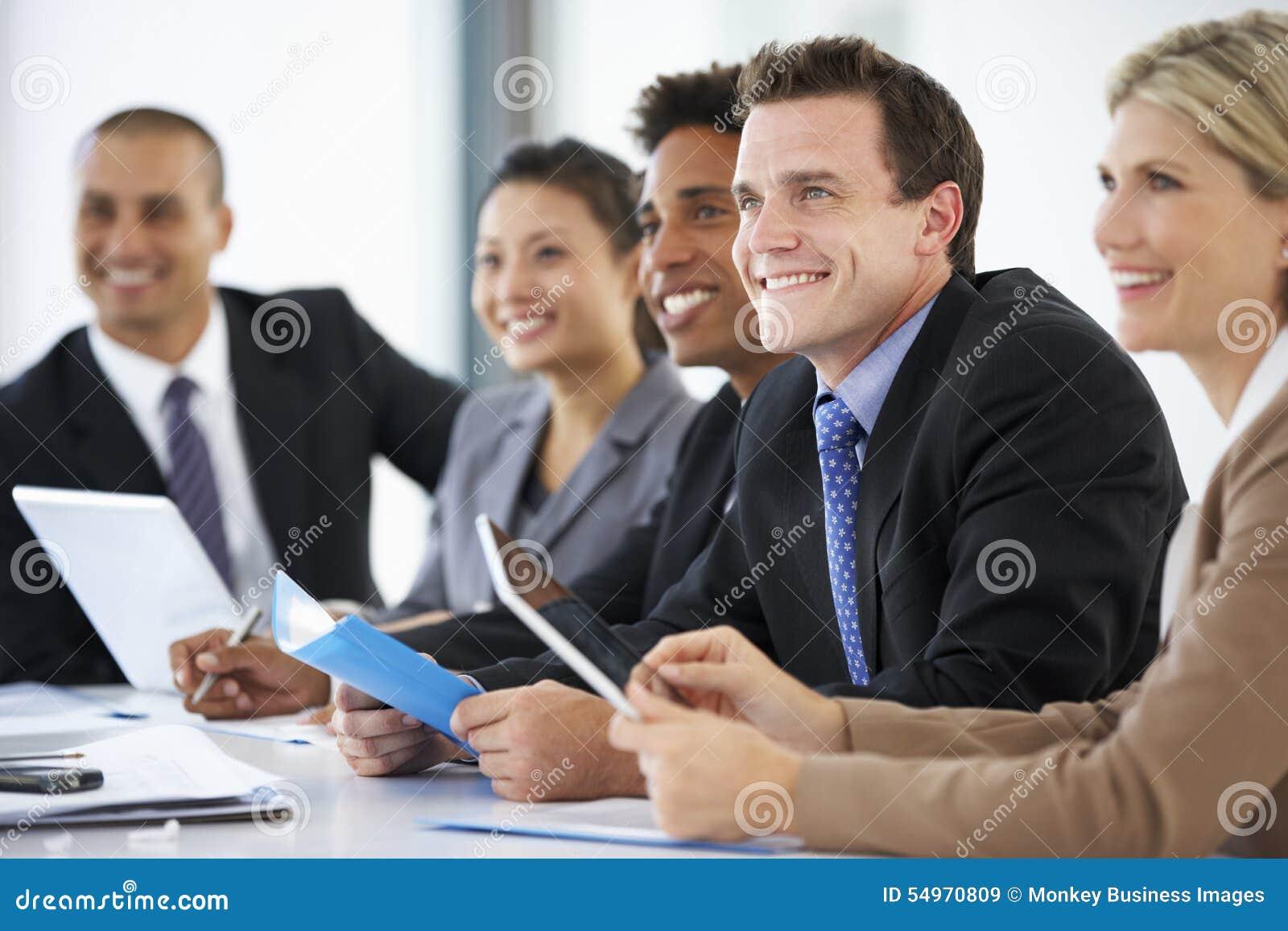 Gruppe Geschäftsleute, die auf den Kollegen spricht zu Büro-Versammlung hören
