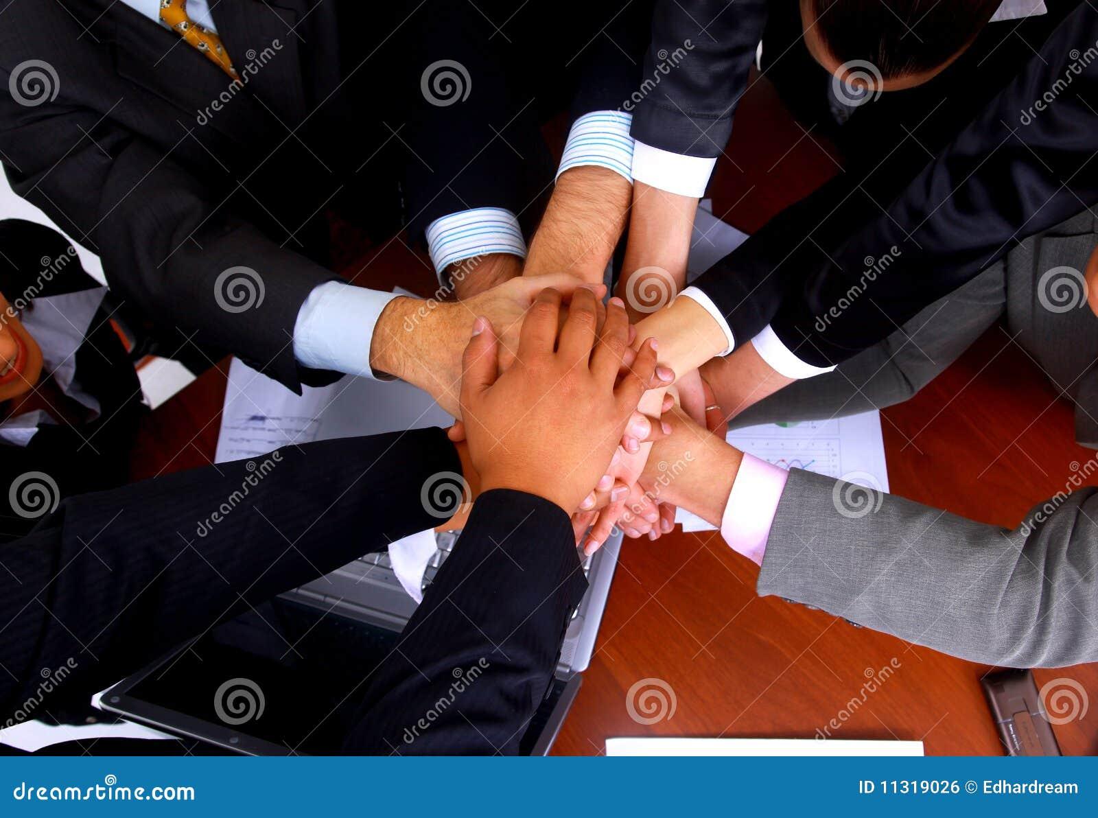 Gruppe Geschäftsleute, die einen Stapel von den Händen bilden