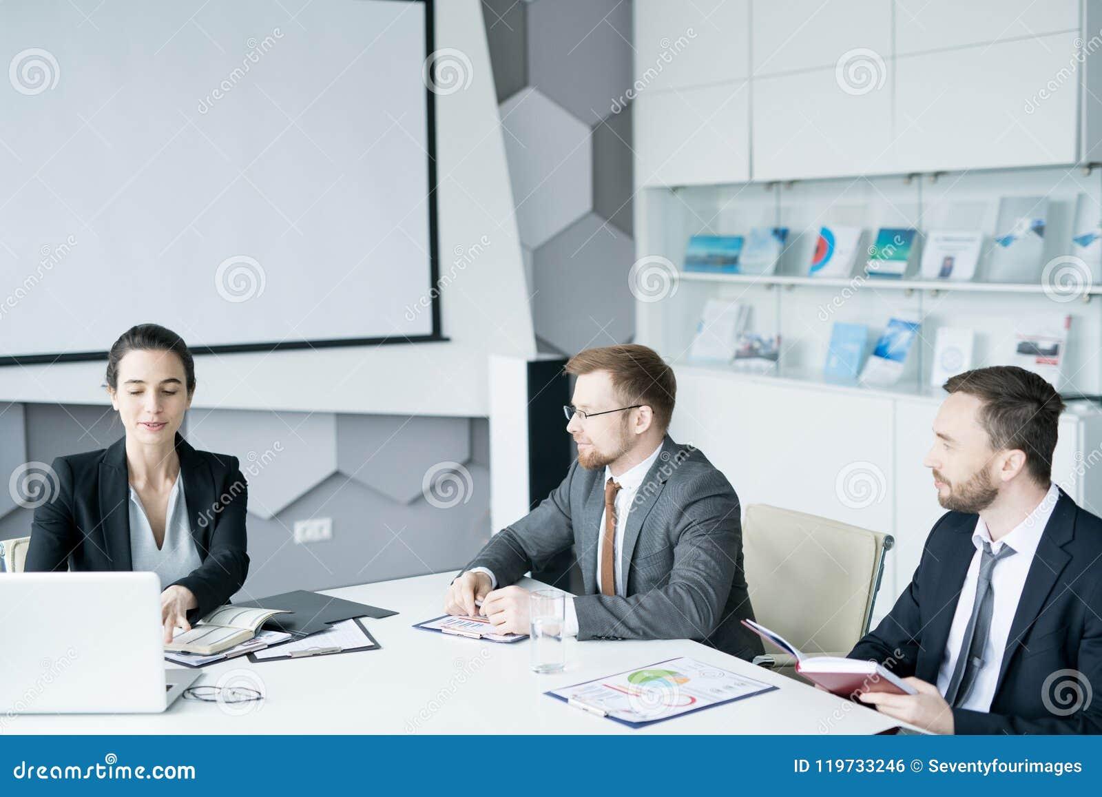 Gruppe Geschäftsleute, die im Konferenzsaal sich treffen