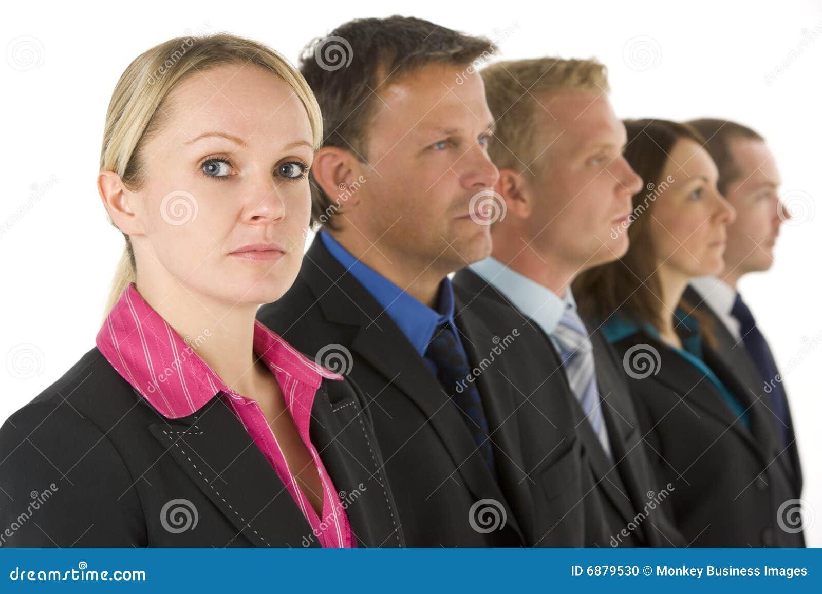 Gruppe Geschäftsleute in einer Zeile, die ernst schaut