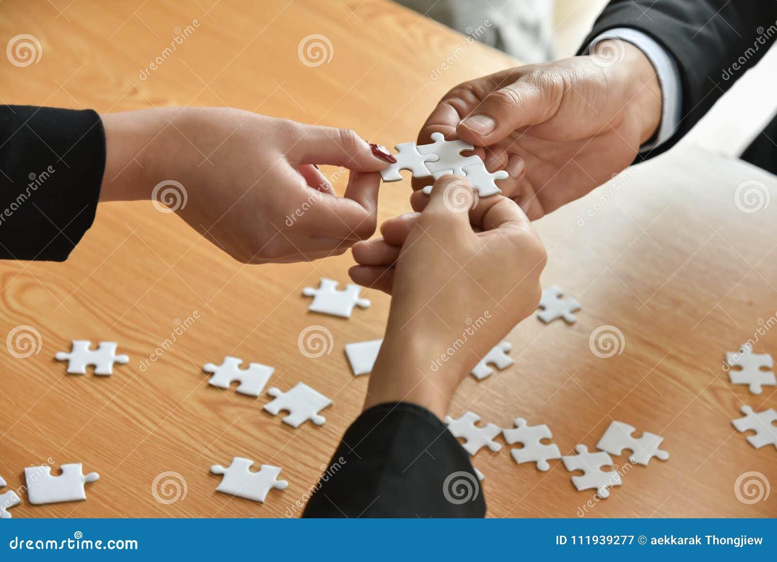 Gruppe Geschäftsleute Hände schließen Puzzlen an