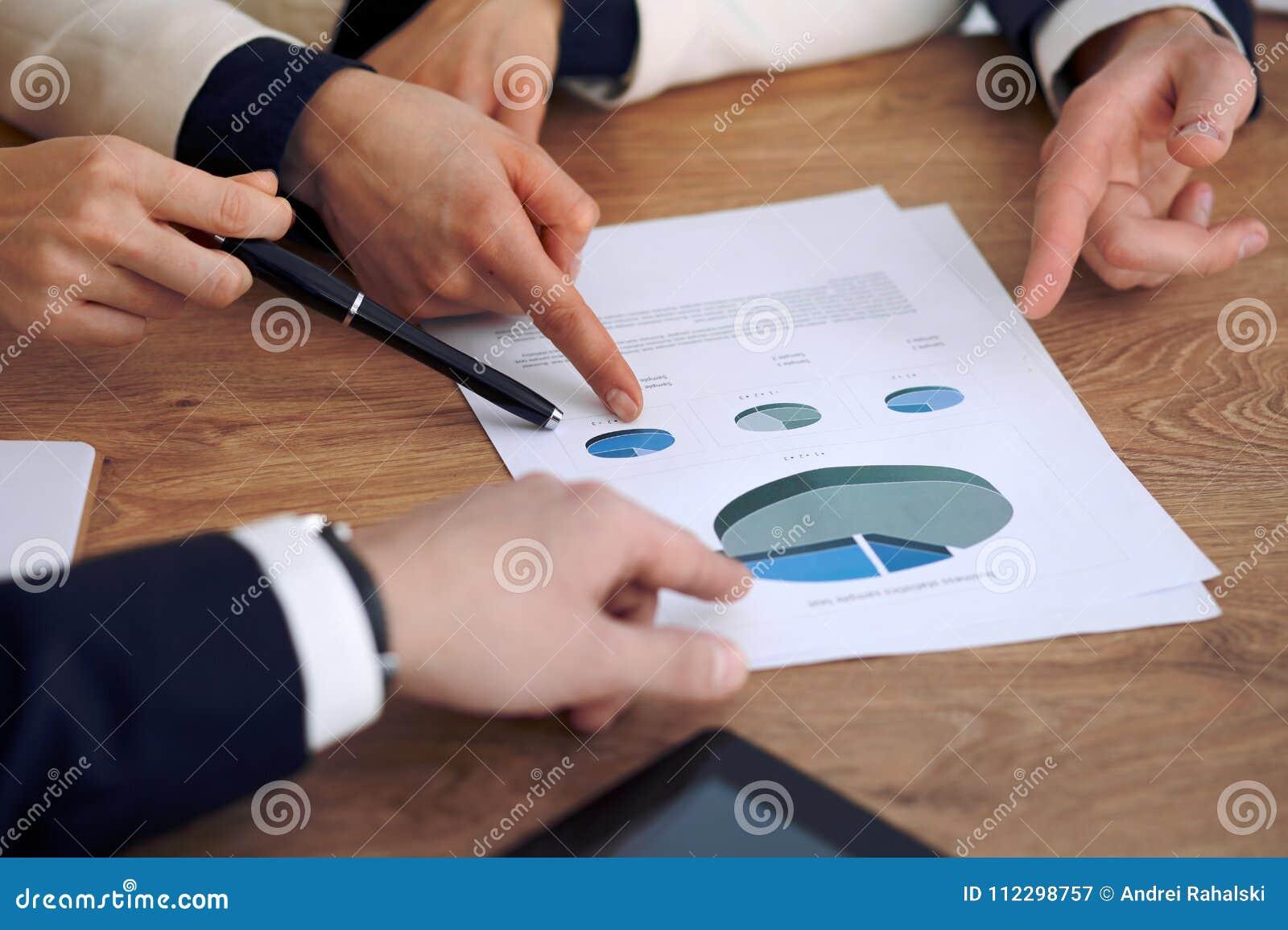 Gruppe Geschäftsleute oder Rechtsanwälte bei der Sitzung, Handnahaufnahme