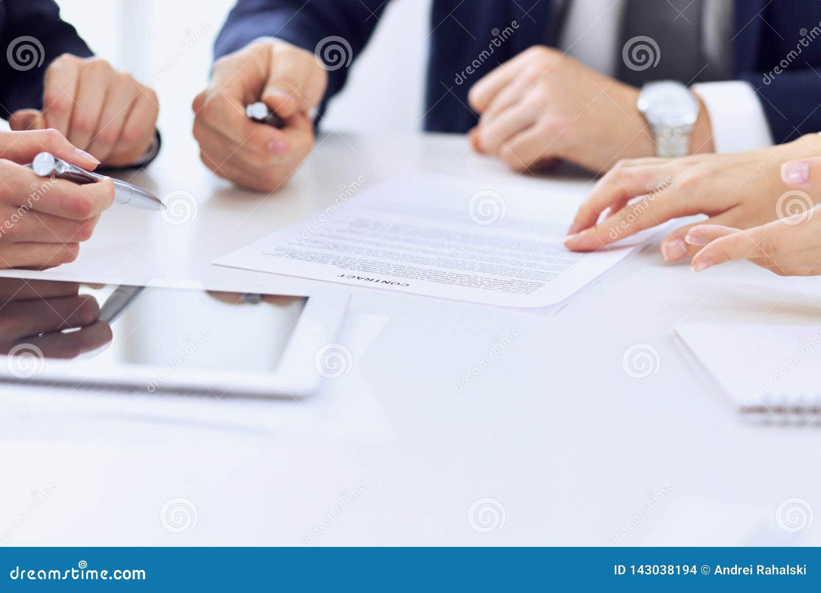 Gruppe Geschäftsleute und Rechtsanwälte, die Vertrag besprechen, tapeziert das Sitzen am Tisch, Nahaufnahme Erfolgreiche Teamwork