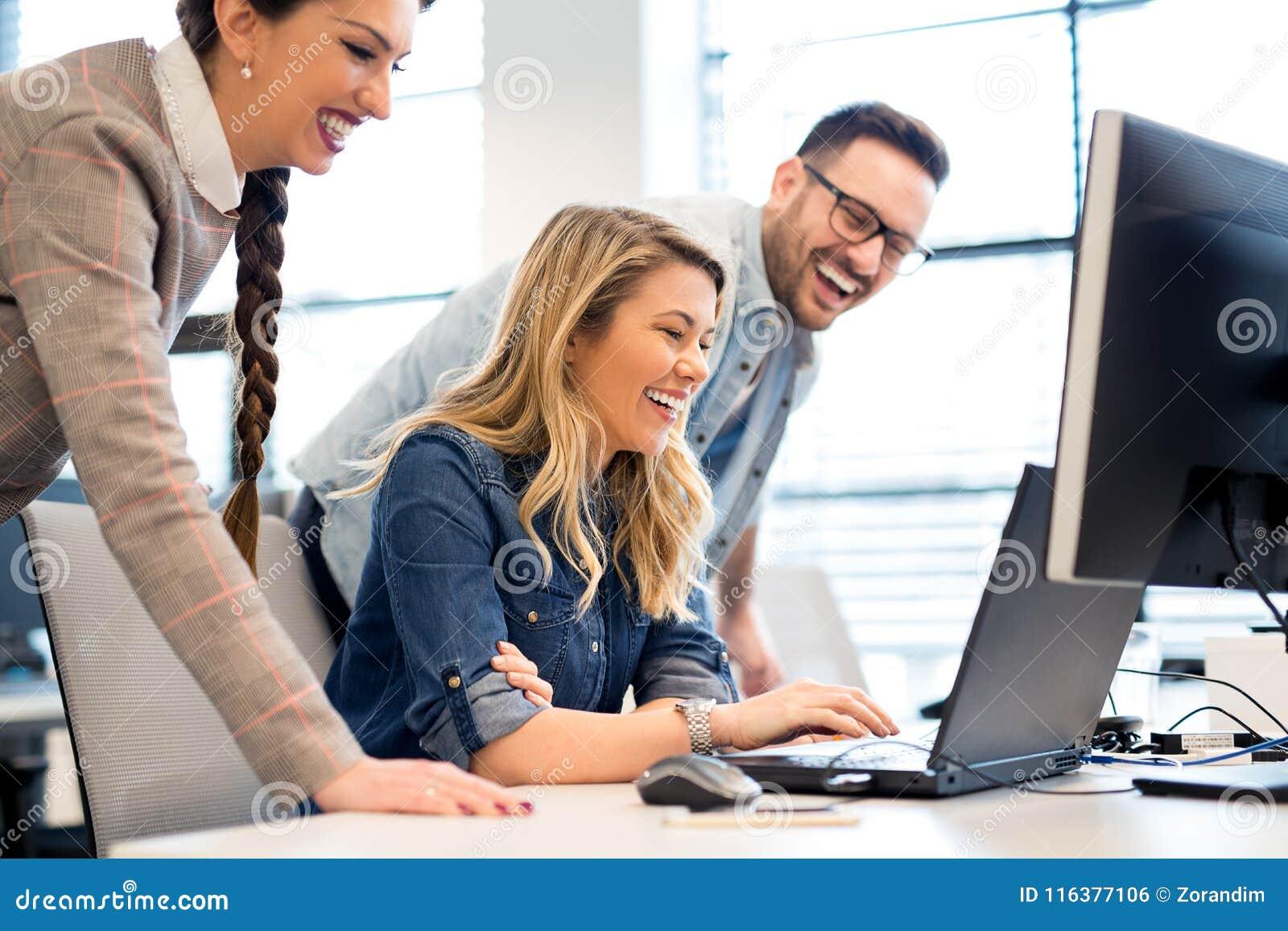 Gruppe Geschaftsleute Und Softwareentwickler Die Im Team Im Buro