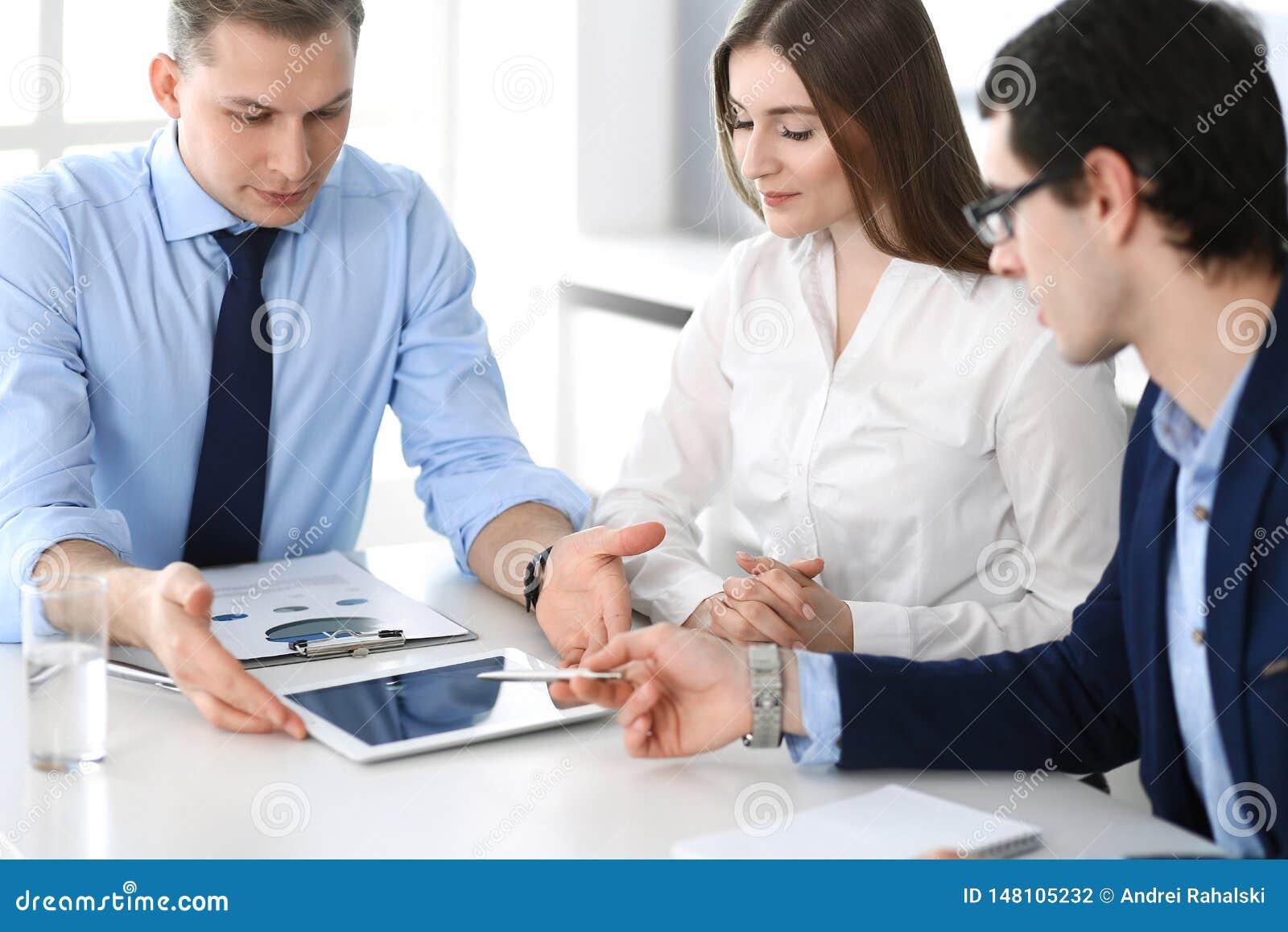 Gruppe Gesch?ftsleute, die Fragen am Treffen im modernen B?ro besprechen Manager an der Verhandlung oder am Geistesblitz