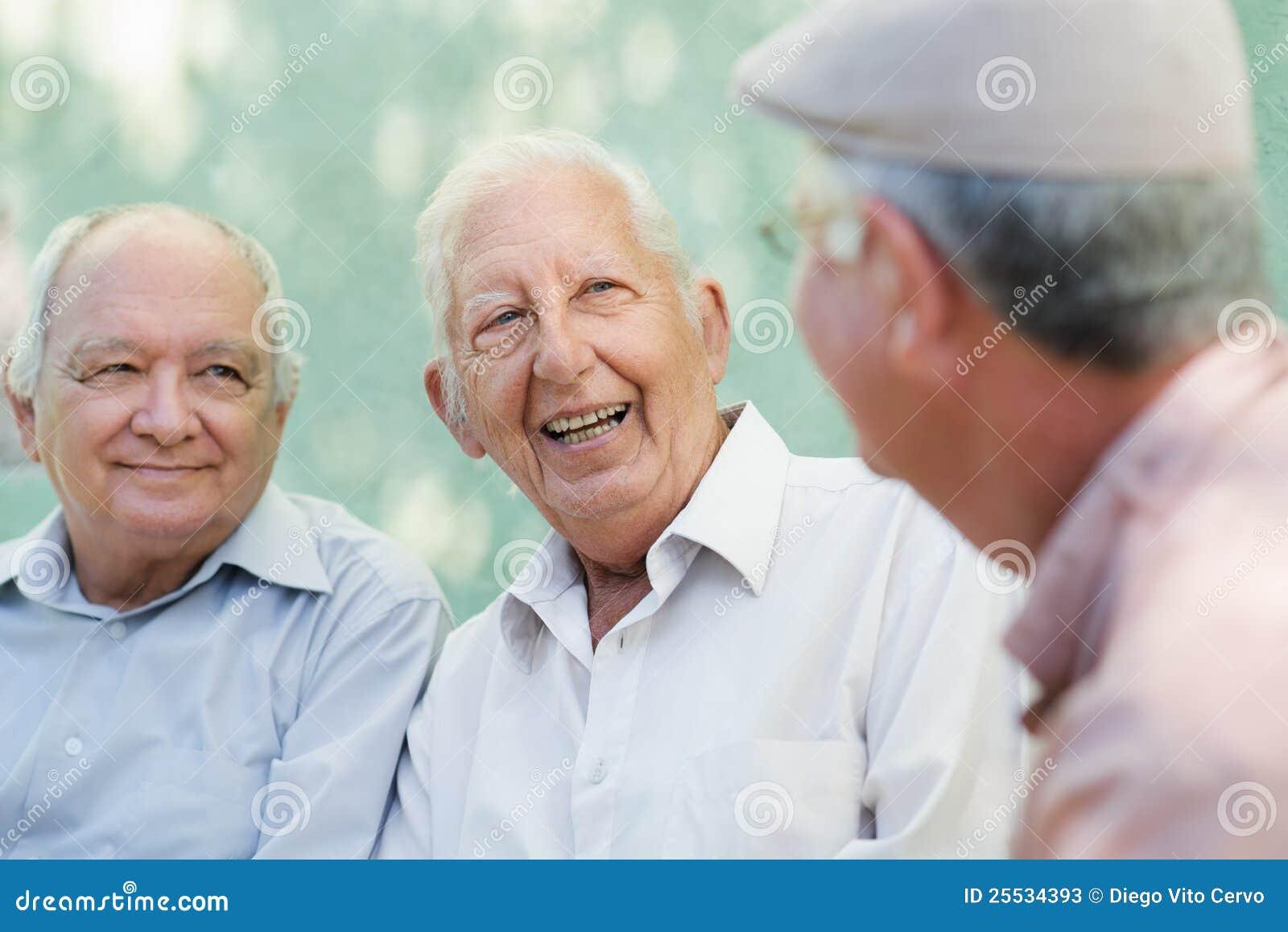 Gruppe glückliche ältere lachende und sprechende Männer