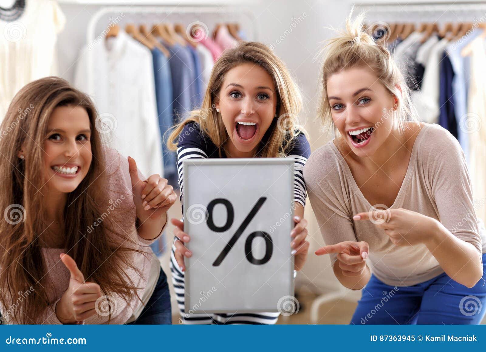 Gruppe glückliche Freunde, die im Speicher kaufen