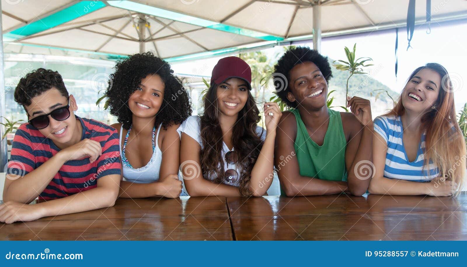 Gruppe glückliche internationale junge Erwachsene