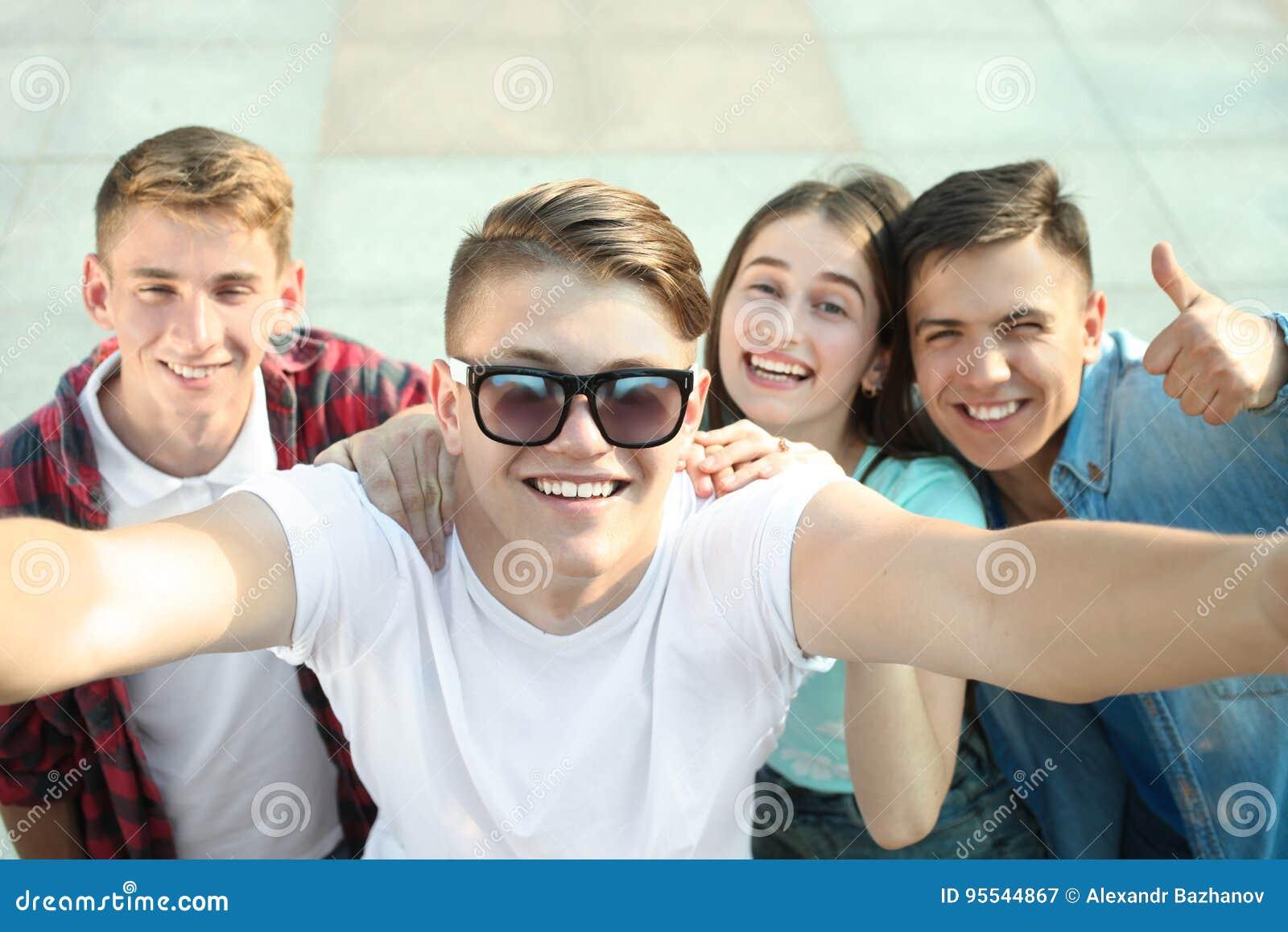 Gruppe glückliche Jugendliche
