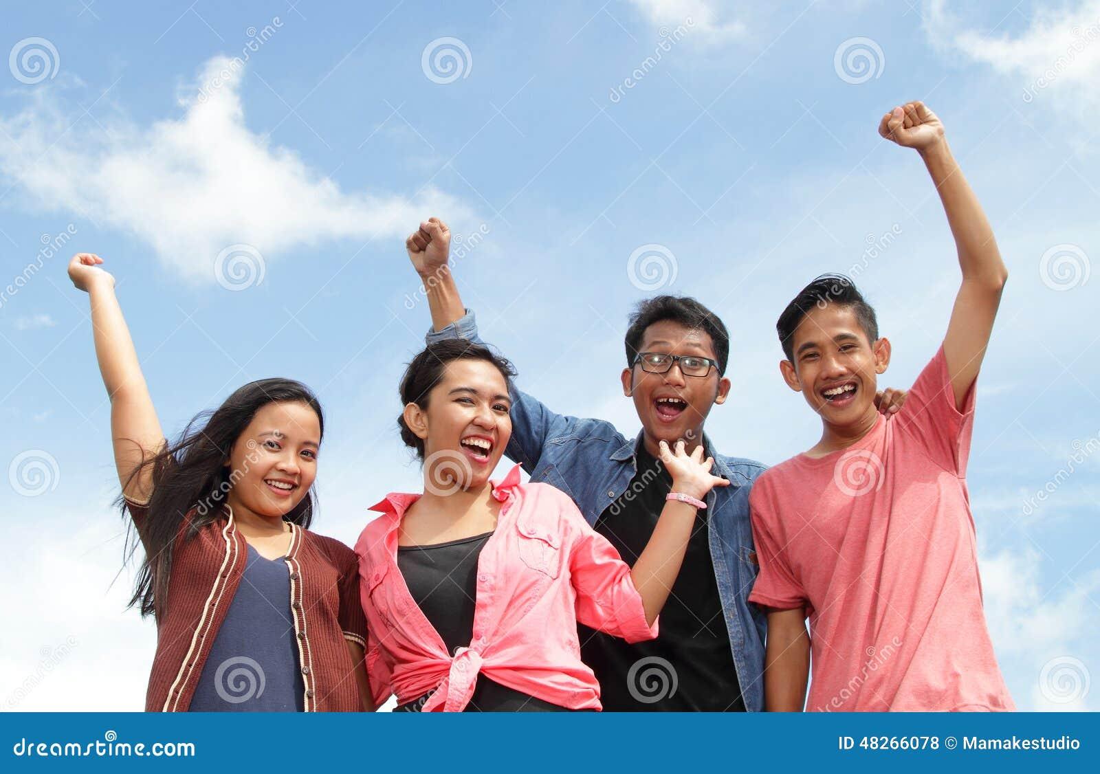 gruppe gl ckliche junge leute mit den h nden oben stockfoto bild 48266078