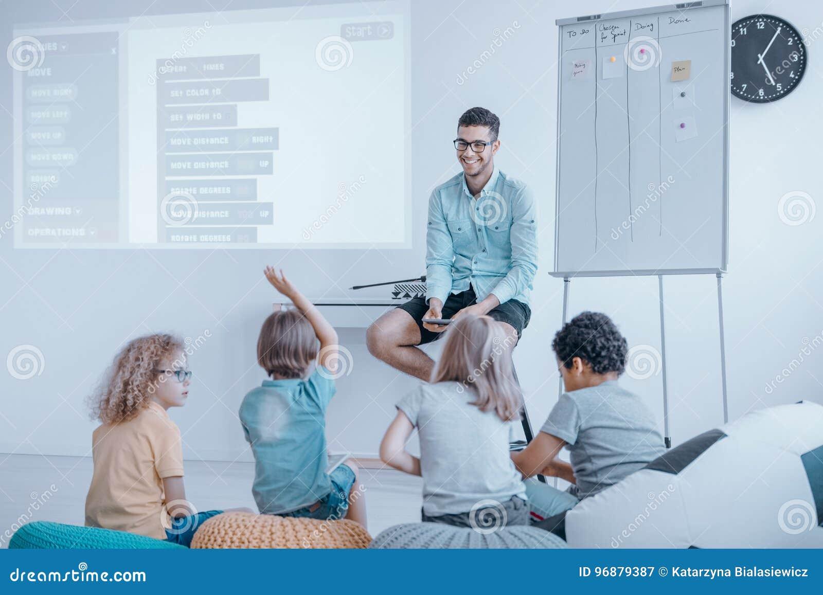 Gruppe glückliche Kinder lernen Kodierung