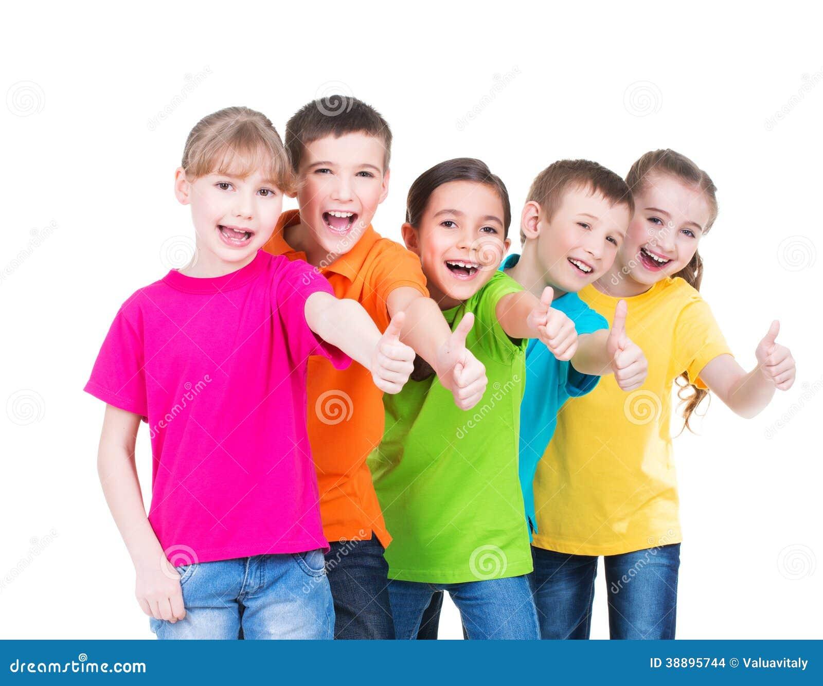 Gruppe glückliche Kinder mit dem Daumen herauf Zeichen.