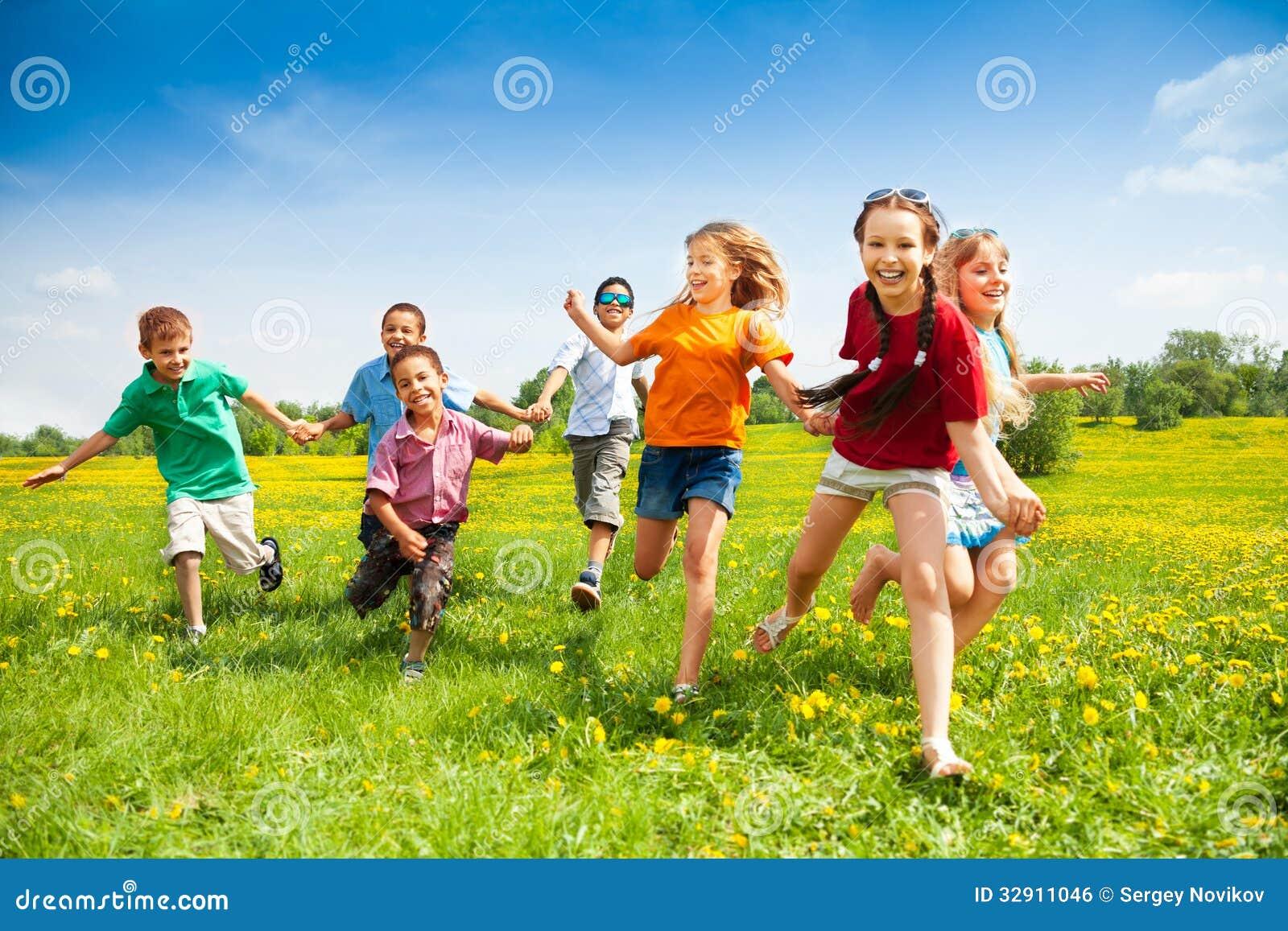 Gruppe glückliche laufende Kinder