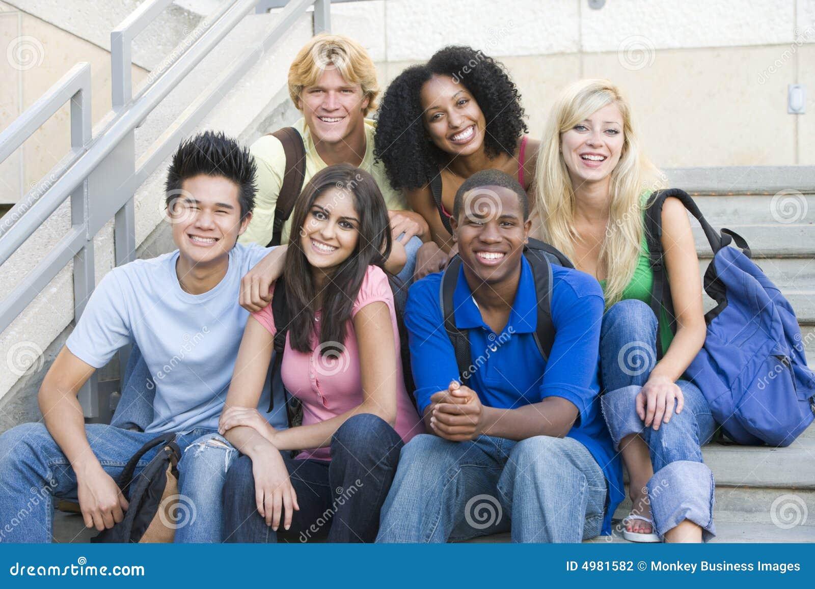 Gruppe Hochschulstudenten, die auf Jobstepps sitzen