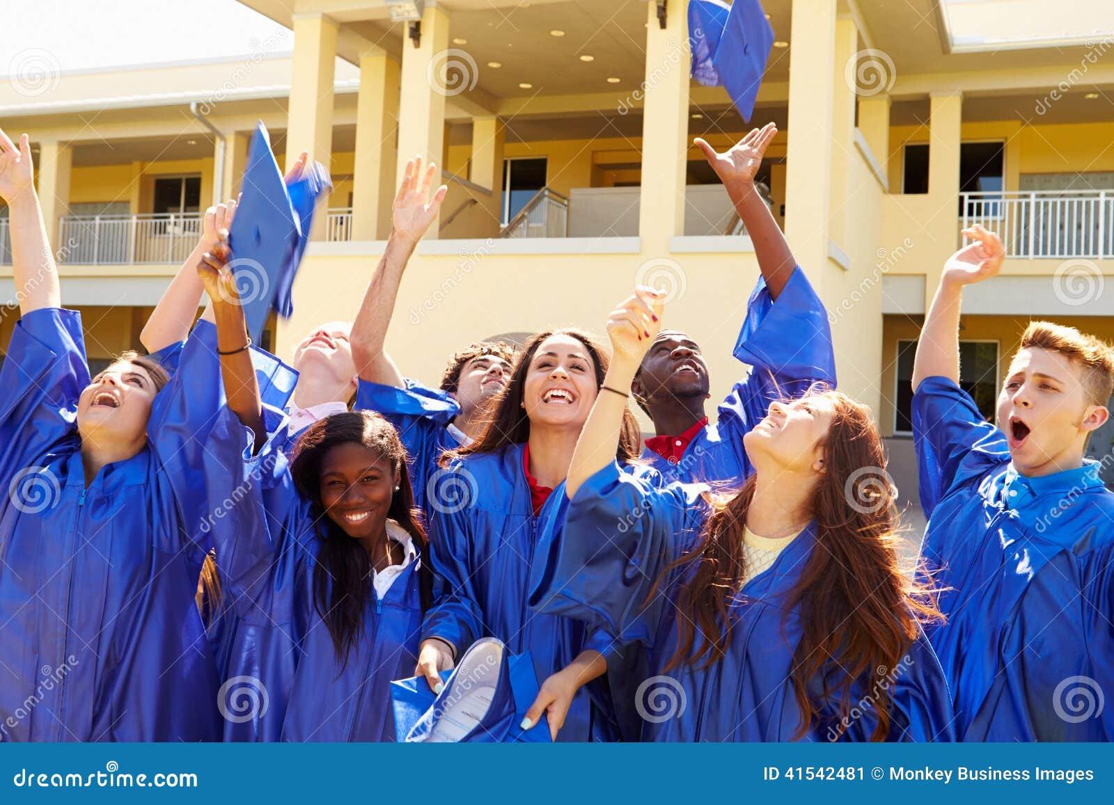 Gruppe hohe Schüler, die Staffelung feiern