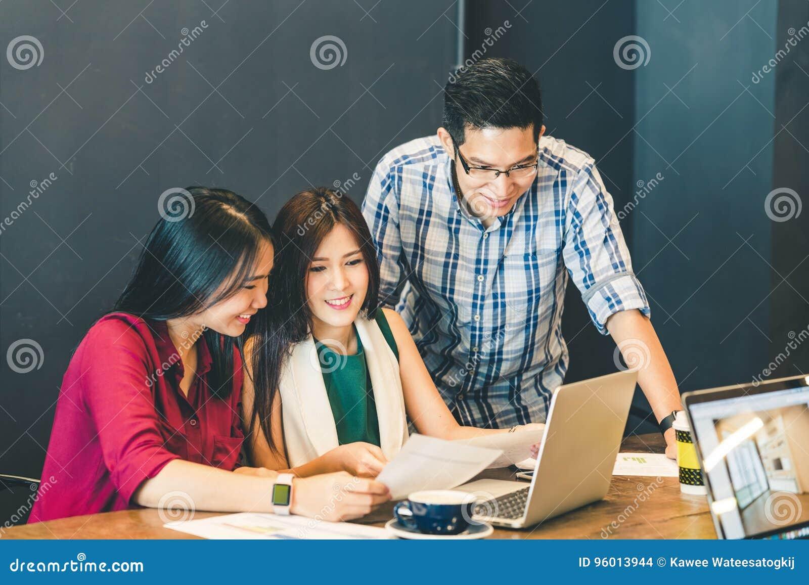 Gruppe junge asiatische Geschäftskollegen oder Studenten in der zufälligen Diskussion des Teams, StartprojektGeschäftstreffen
