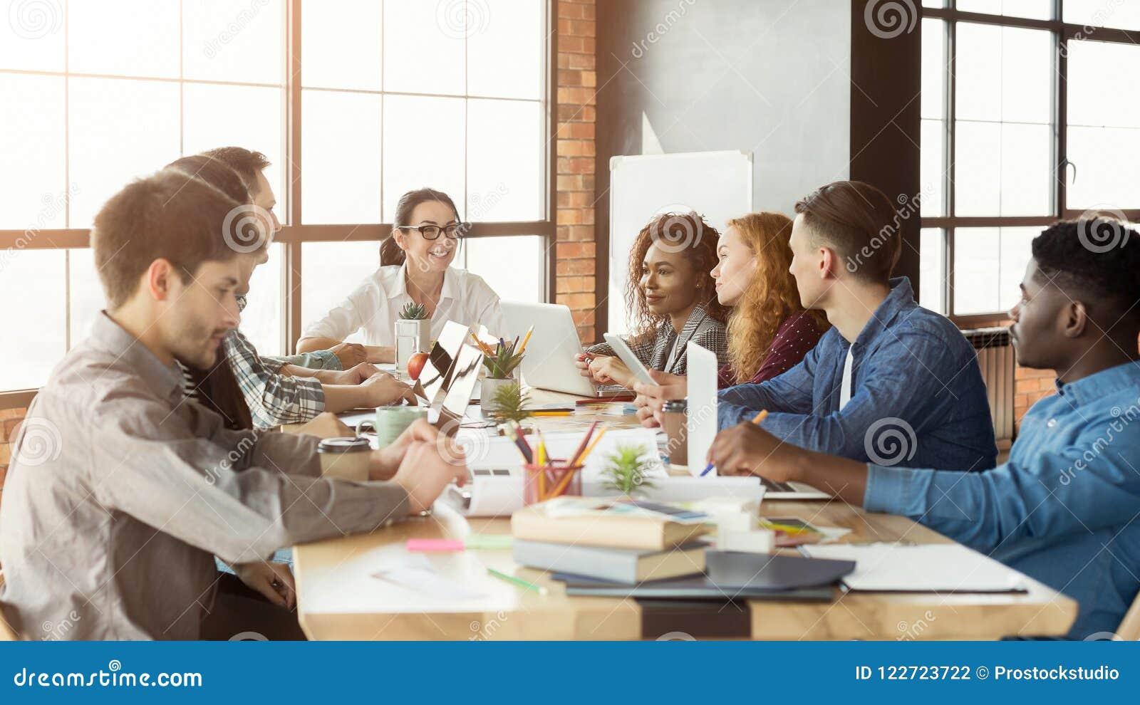 Gruppe junge Designer, die mit Projekt arbeiten
