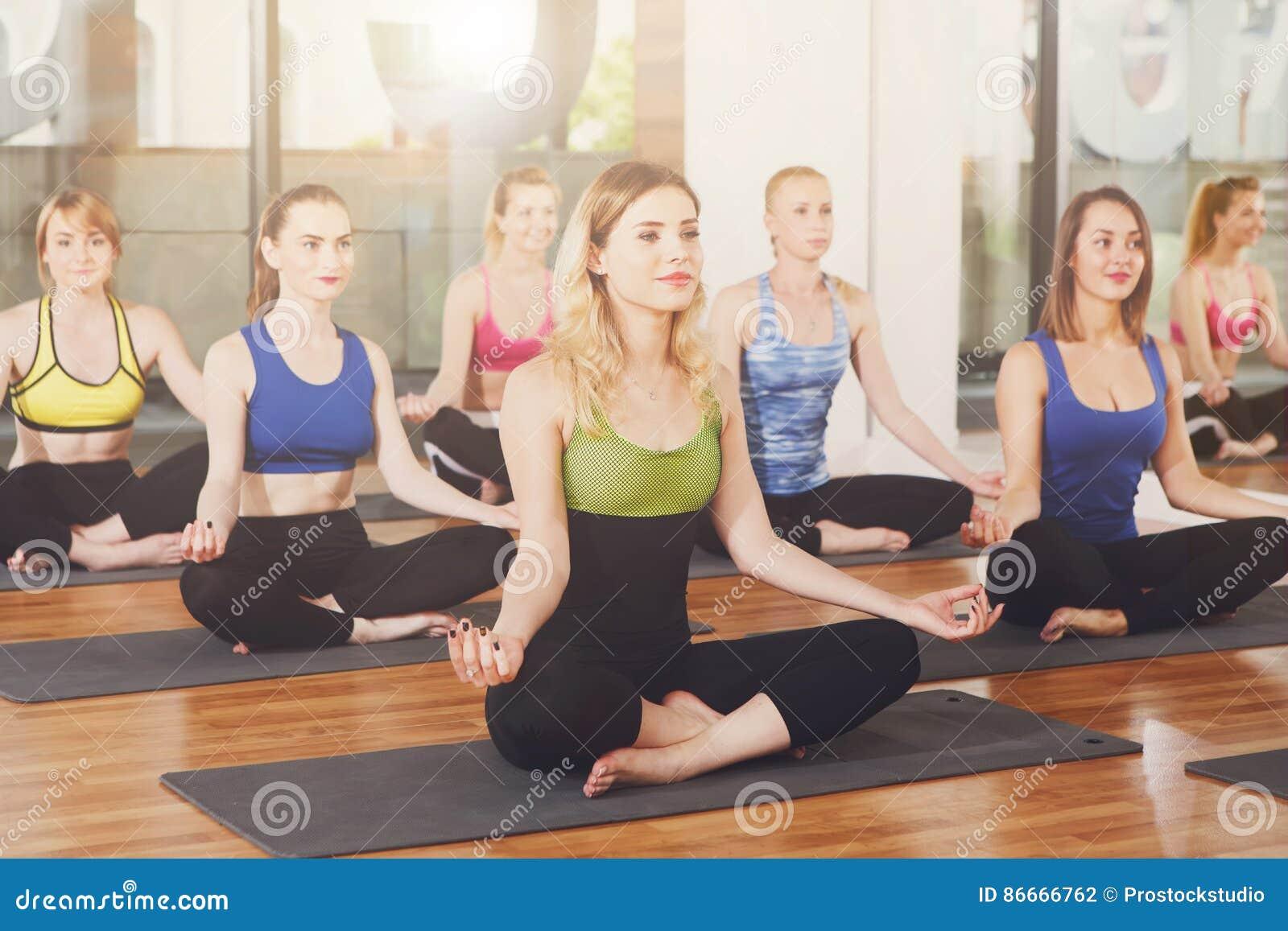 Gruppe junge Frauen in der Yogaklasse