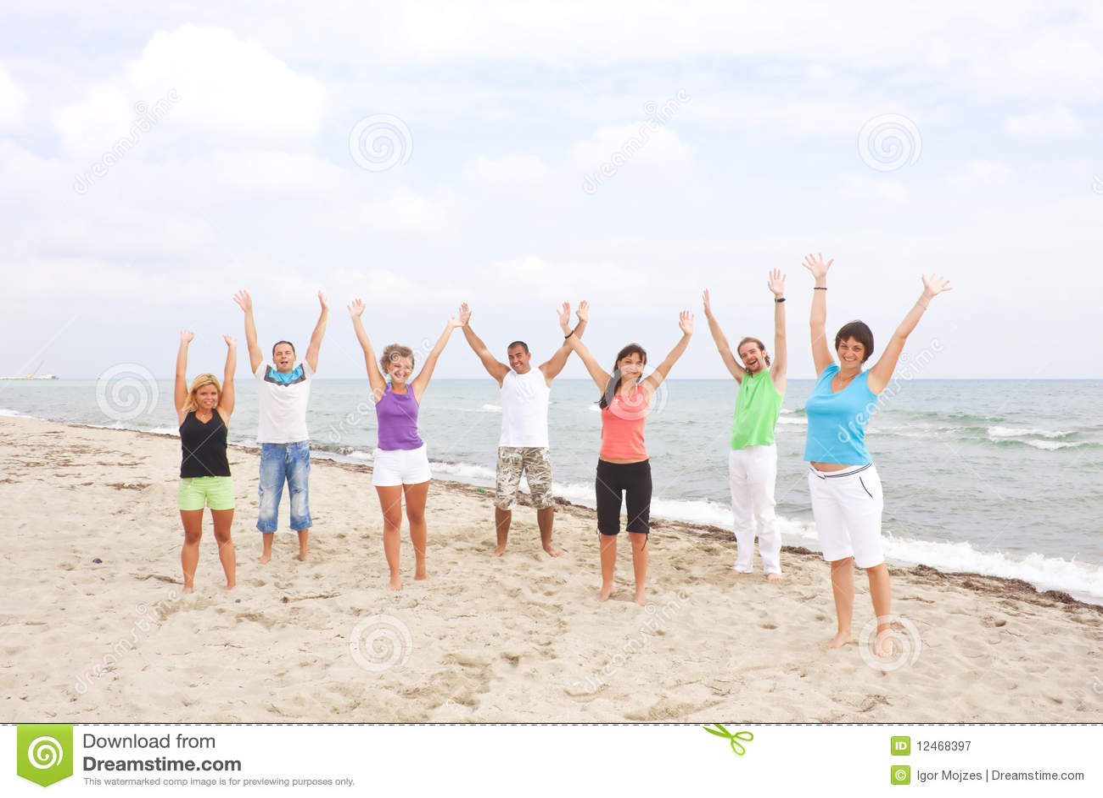Gruppe Junge Leute Auf Dem Strand Stockbild - Bild von