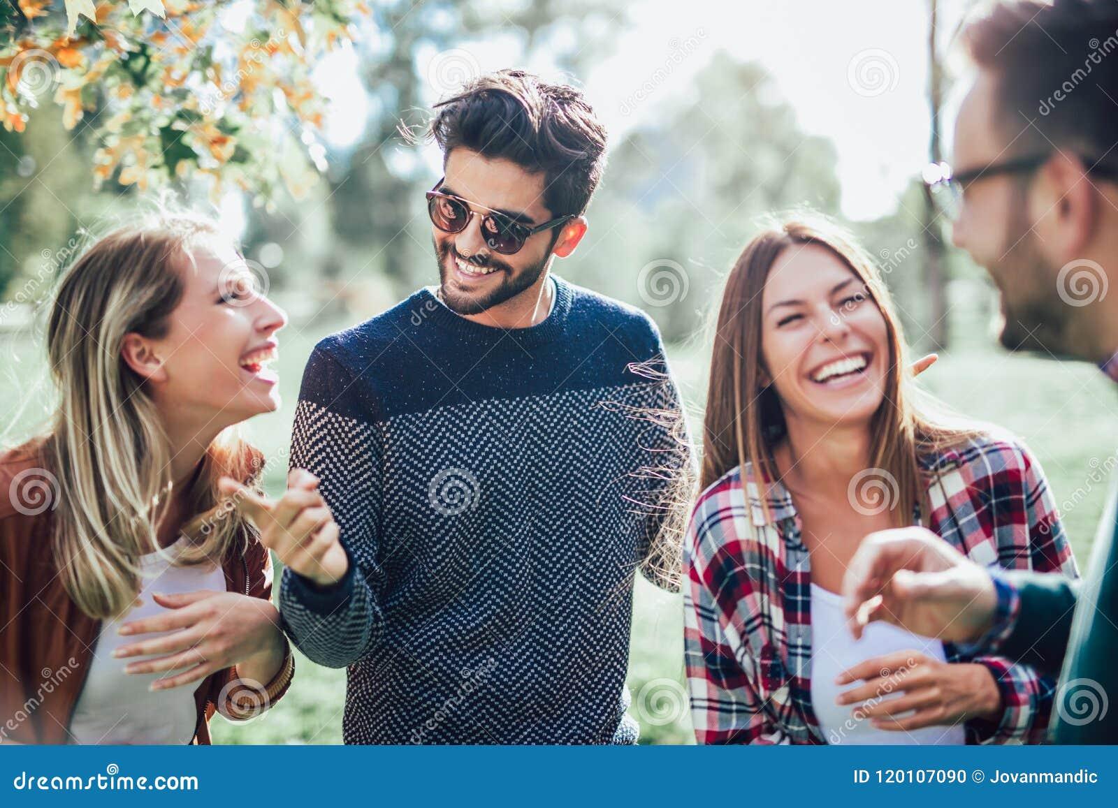 Gruppe junge Leute, die durch Park gehen