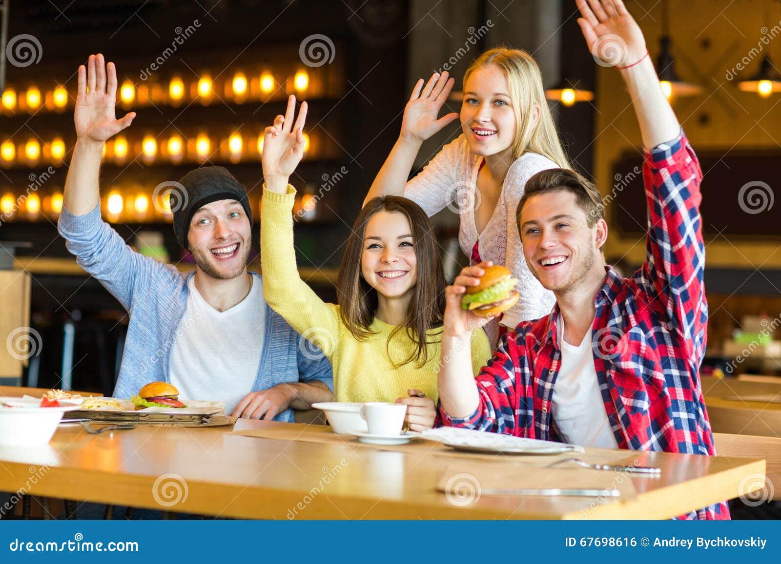 Gruppe junge Leute, die Spaß im Café haben