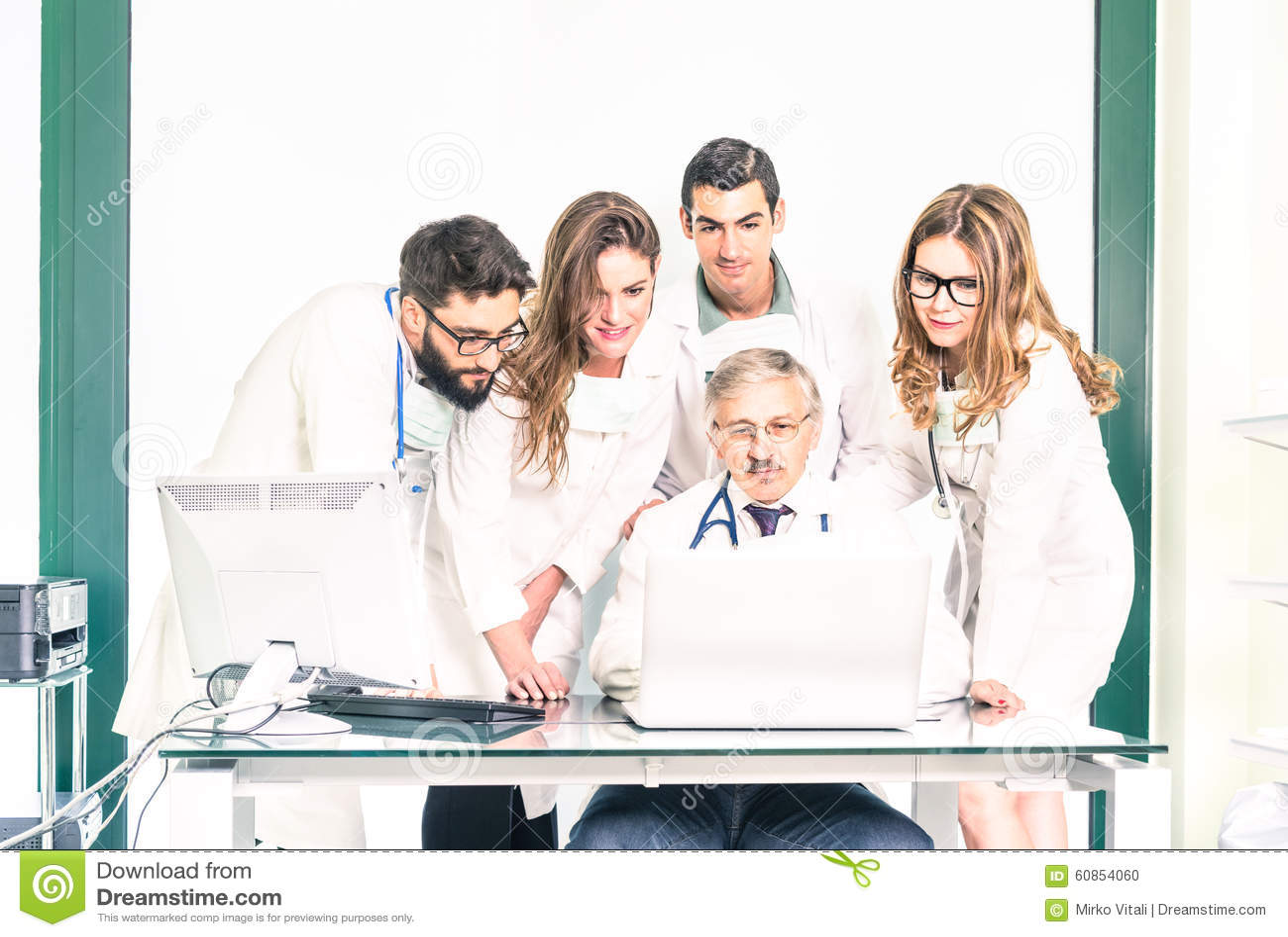 Gruppe junge Medizinstudenten mit älterem Doktor an der Klinik