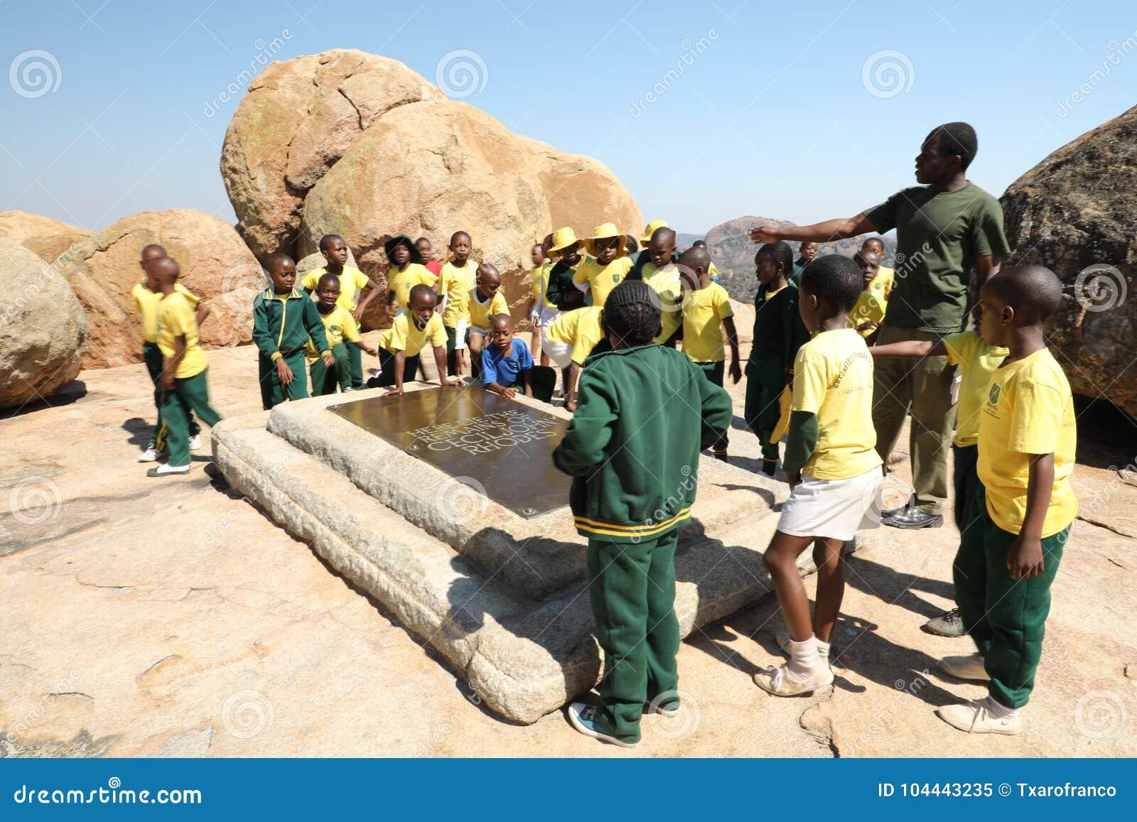 Gruppe Kinder besuchen das Grab von Cecil Rhodes zimbabwe afrika