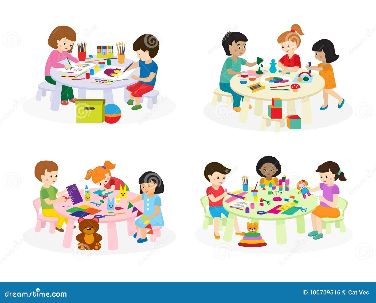 gruppe kinder die auf papier bei tisch in der kindergartenfarbenlektion malen scherzt. Black Bedroom Furniture Sets. Home Design Ideas