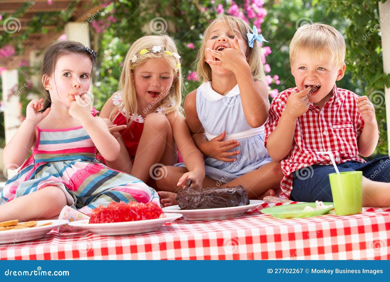 Gruppe Kinder Die Kuchen An Der Im Freientee Party Essen Stockbild