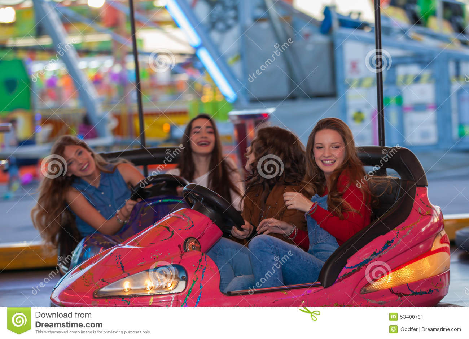Gruppe Kinder am Funfair oder am Rummelplatz